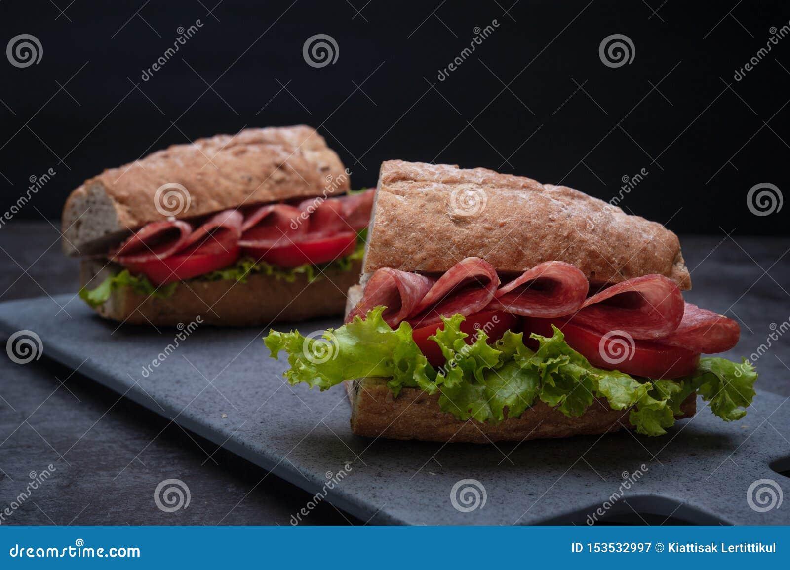 Υπόβαθρο μαρουλιού tamato σαλαμιού σάντουιτς