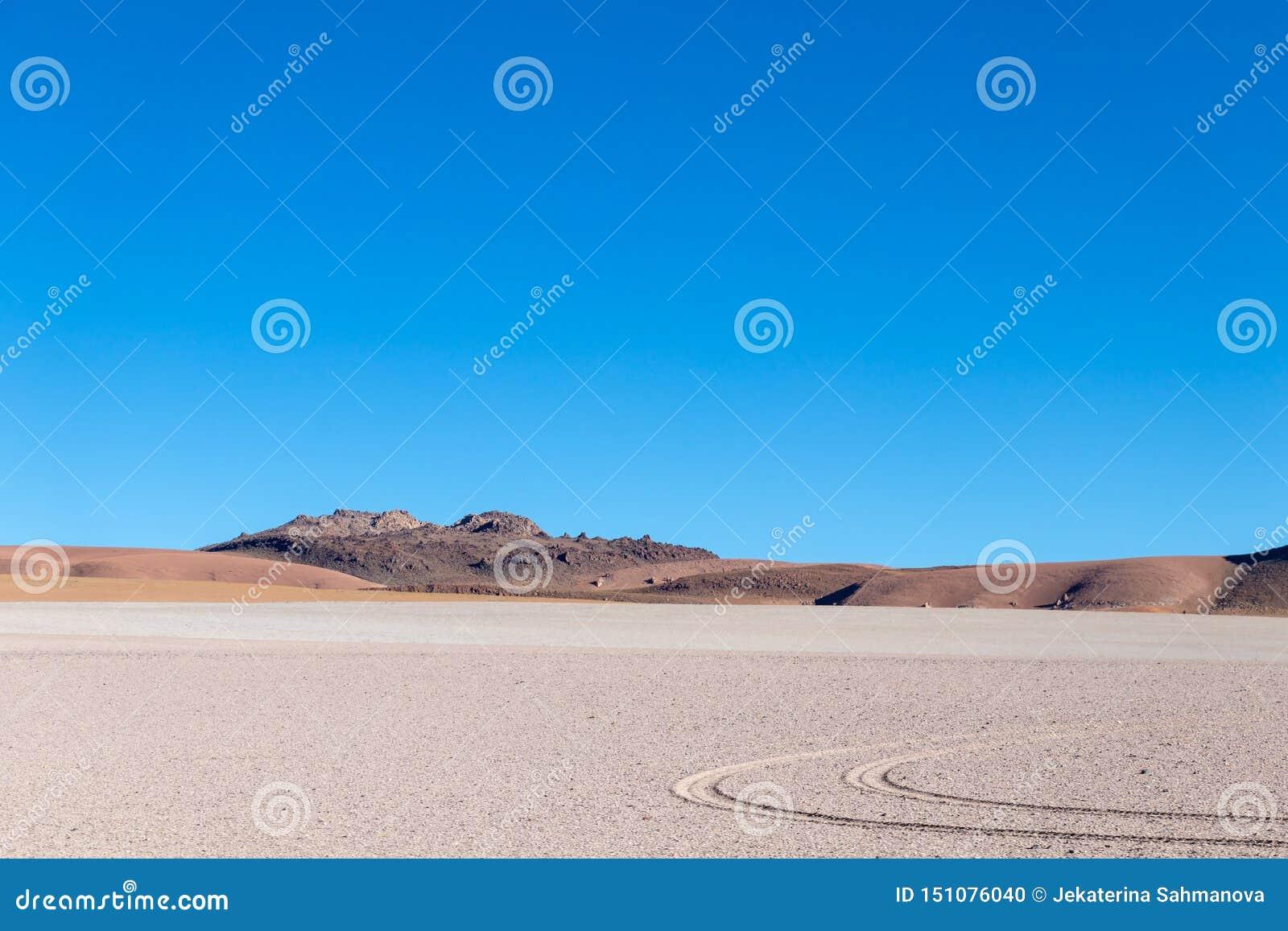 Υπόβαθρο με το άγονο τοπίο ερήμων στις βολιβιανές Άνδεις, στην επιφύλαξη φύσης Edoardo Avaroa