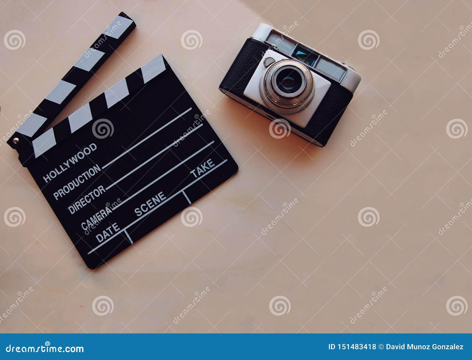 Υπόβαθρο με clapboard κινηματογράφων και μια κάμερα