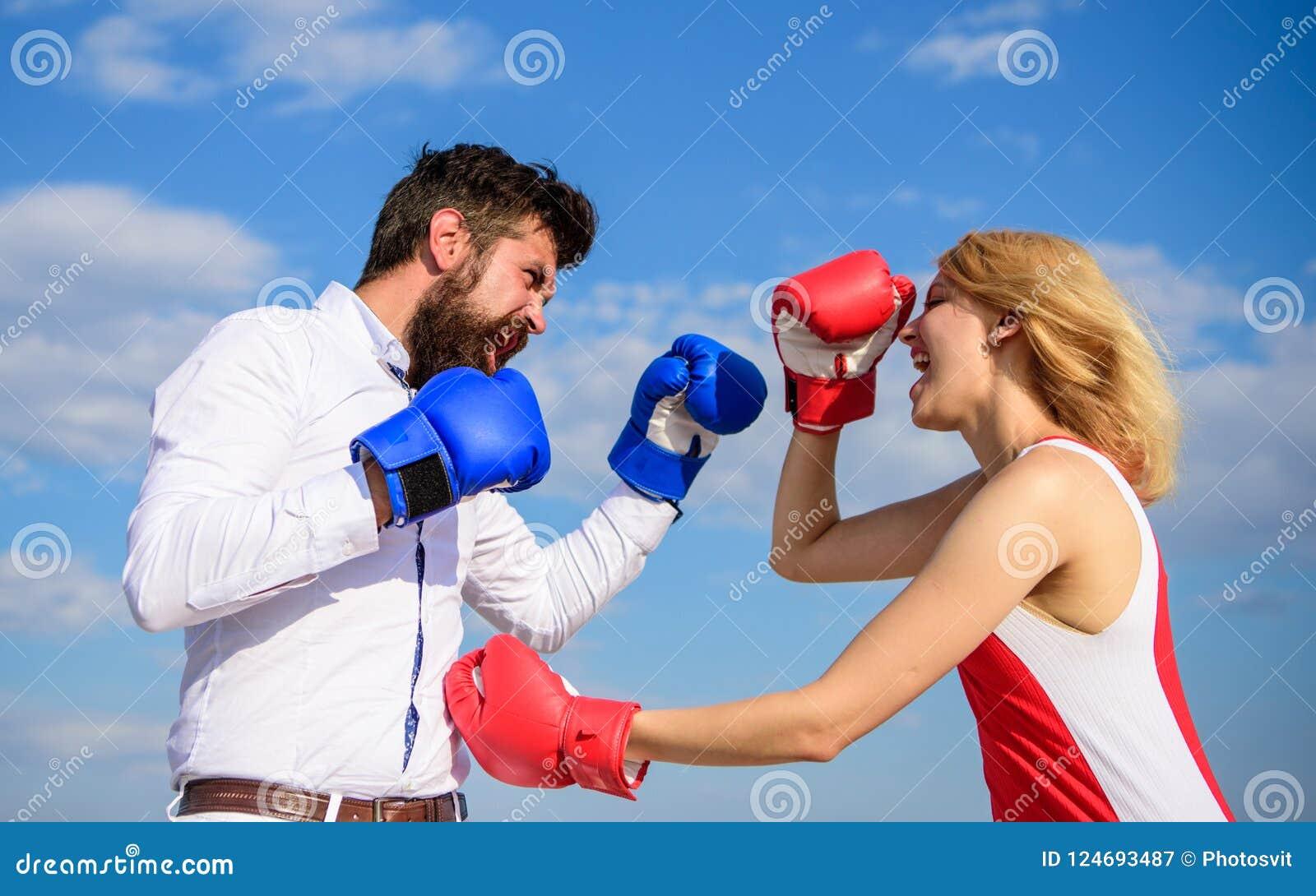 Υπόβαθρο μπλε ουρανού εγκιβωτίζοντας γαντιών πάλης ανδρών και γυναικών Υπερασπίστε την άποψή σας στην αντιμετώπιση Ερωτευμένη πάλ