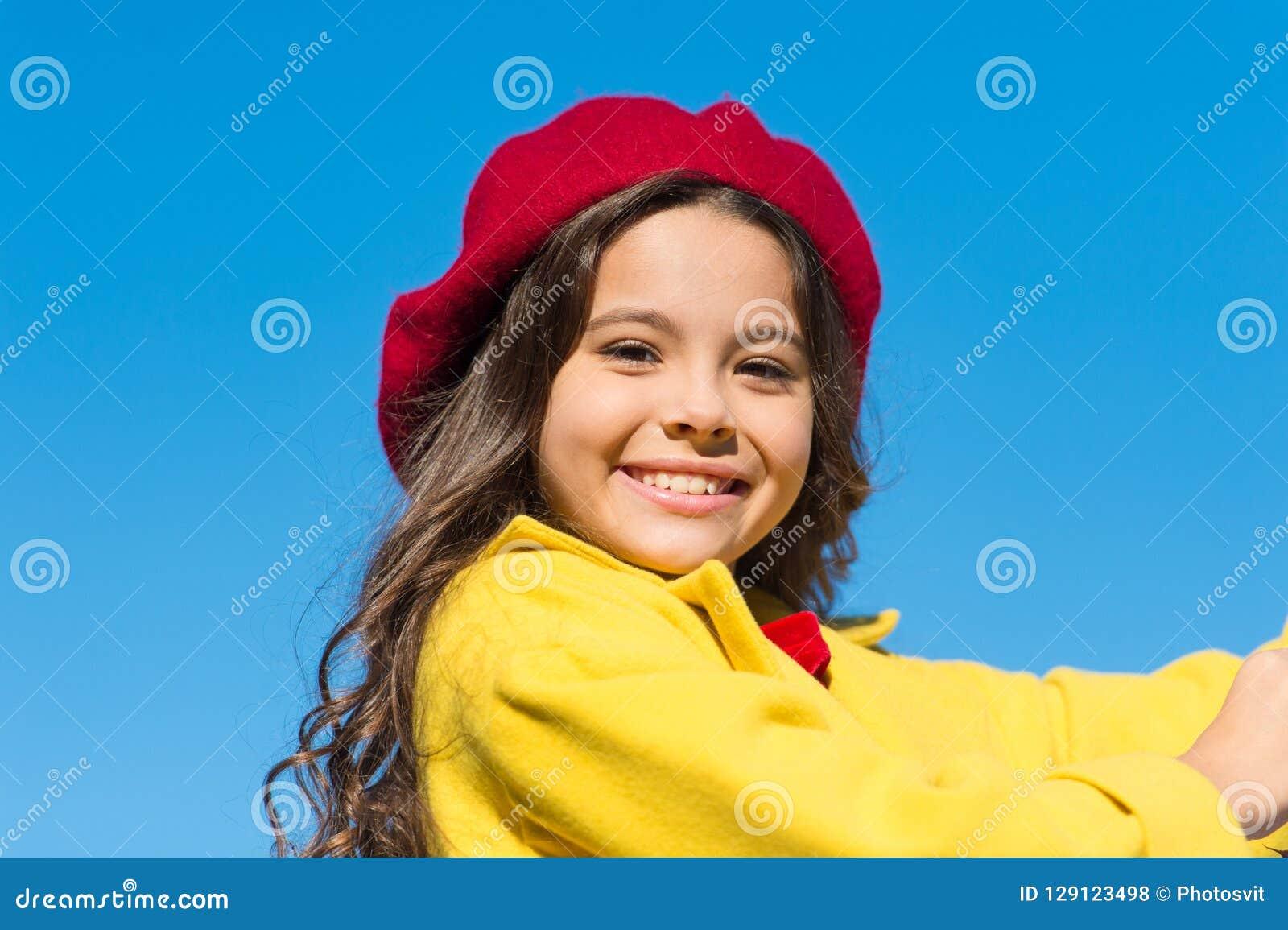Υπόβαθρο μπλε ουρανού περιπάτων κοριτσιών Γοητεία λίγου γαλλικού μοντέρνου κοριτσιού ύφους Βοηθητική γαλλική λεπτομέρεια μόδας κα