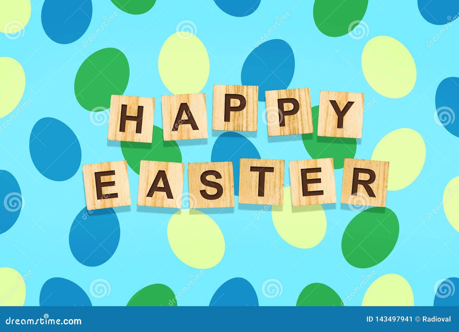 Υπόβαθρο Πάσχας με τα ζωηρόχρωμα αυγά σε ένα μπλε υπόβαθρο Η επιγραφή ευτυχές Πάσχα στους ξύλινους φραγμούς backgrounder