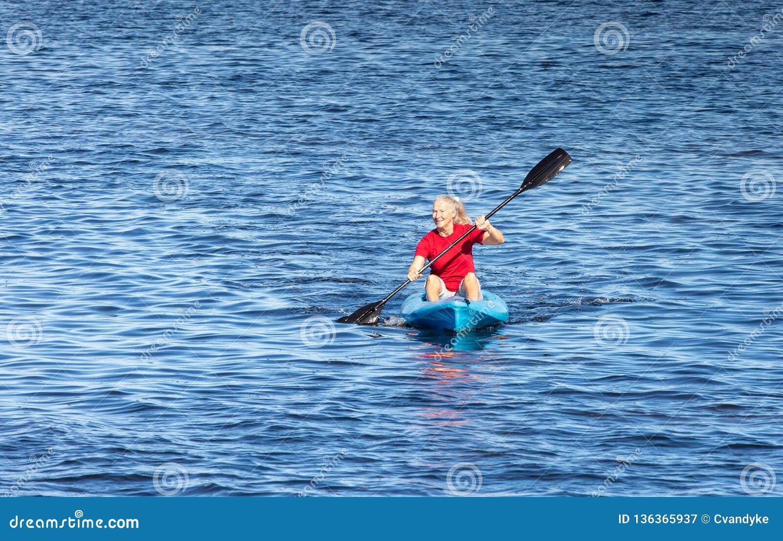 Υπόβαθρο της ανώτερης γυναίκας Kayaking