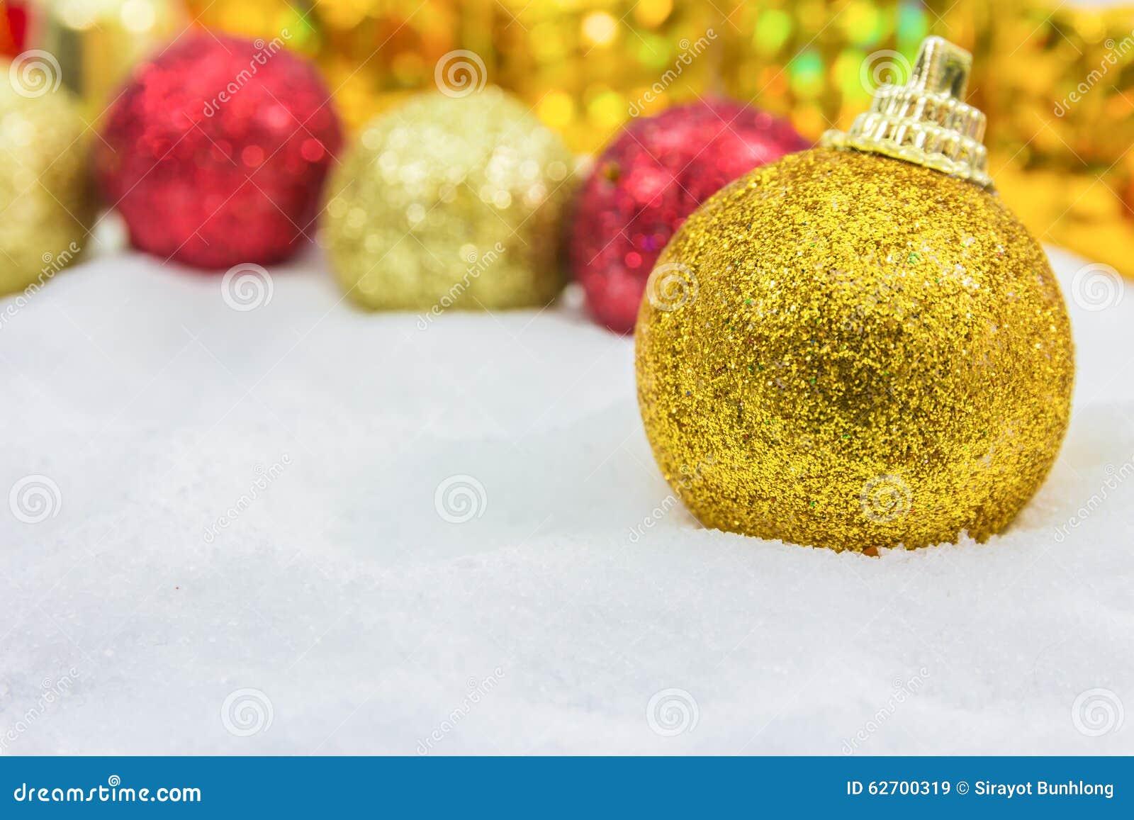 Υπόβαθρο Χριστουγέννων με ένα χρυσό κιβώτιο δώρων στο χιόνι