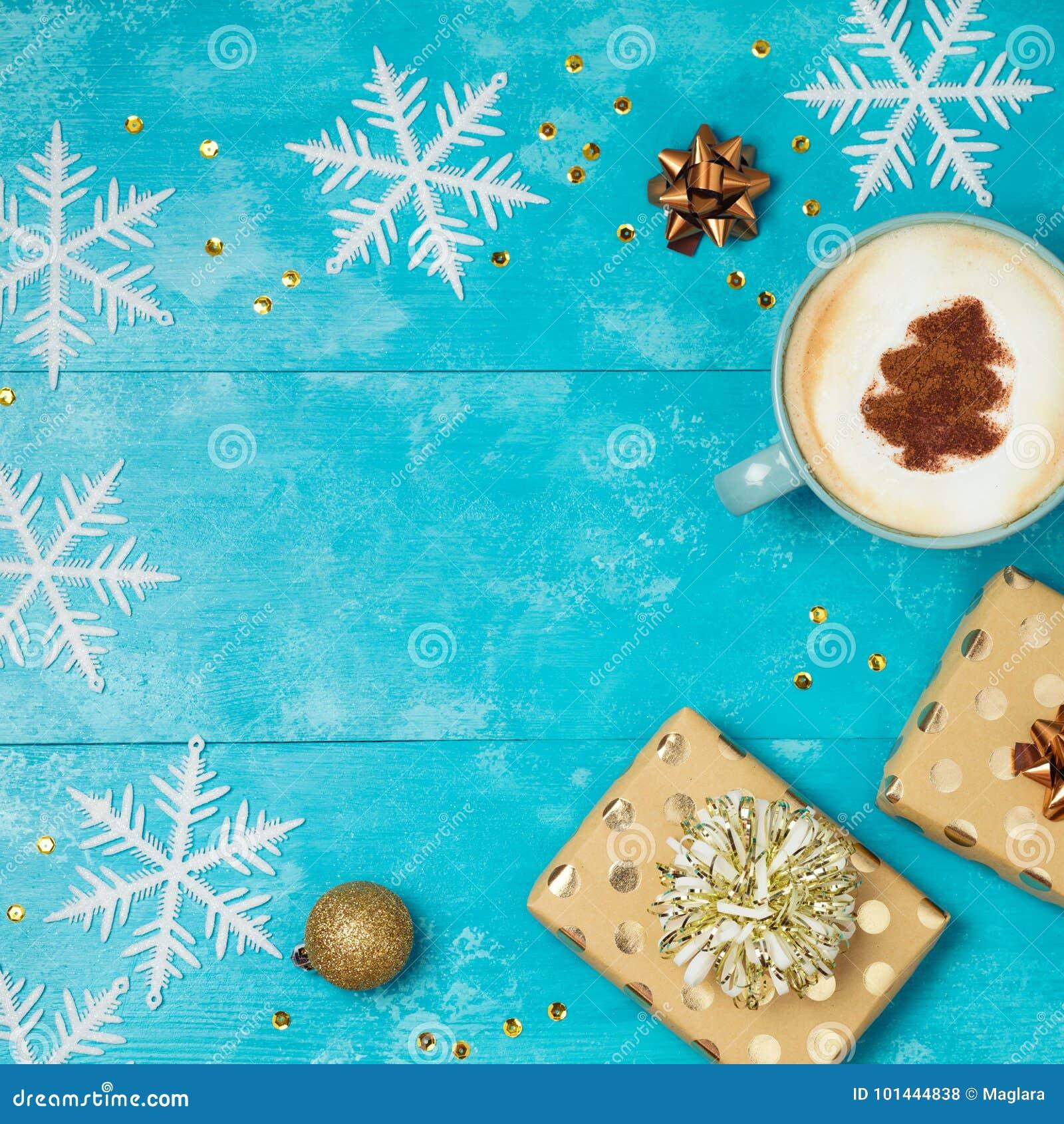 Υπόβαθρο Χριστουγέννων με τα κιβώτια δώρων, φλυτζάνι καφέ