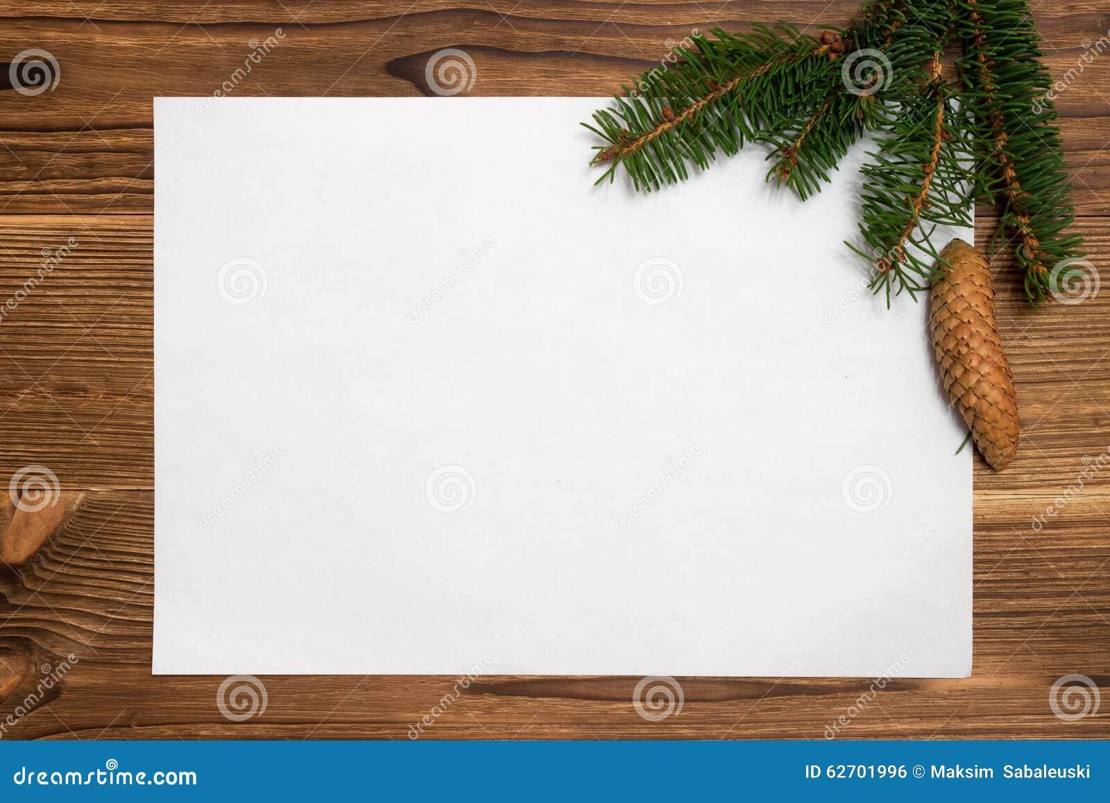 Υπόβαθρο Χριστουγέννων με τους κλάδους και τους κώνους έλατου