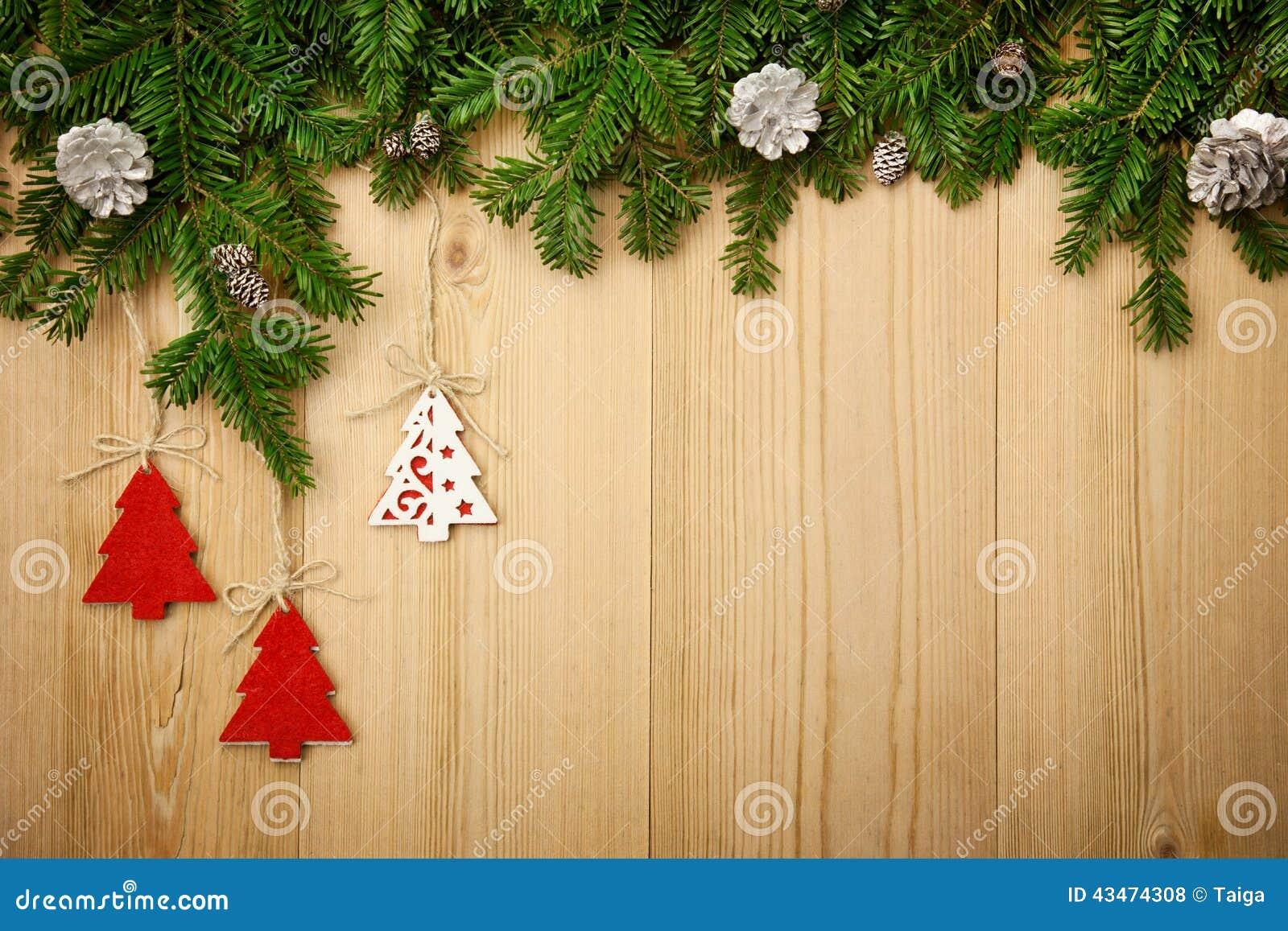Υπόβαθρο Χριστουγέννων με firtree, τα διακοσμητικούς δέντρα και τους κώνους επάνω