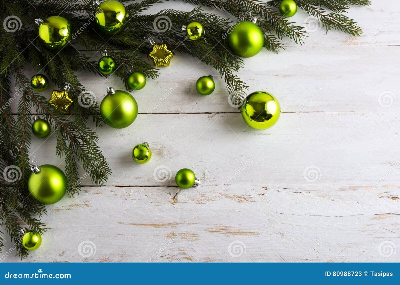 Υπόβαθρο Χριστουγέννων που διακοσμείται με την πράσινη ένωση μπιχλιμπιδιών