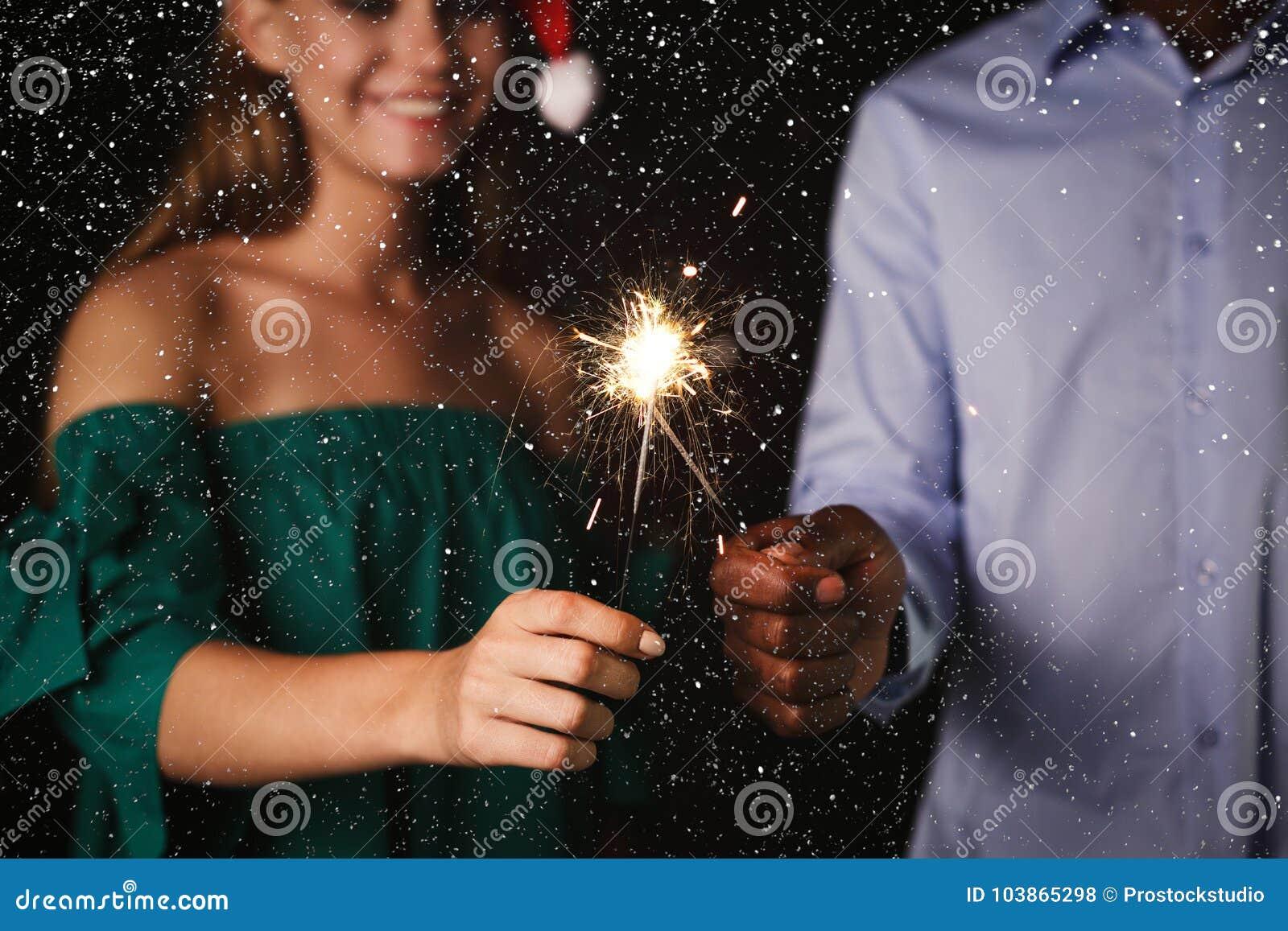 Υπόβαθρο Sparklers Καλλιεργημένος πυροβολισμός των νέων στο κόμμα εορτασμού