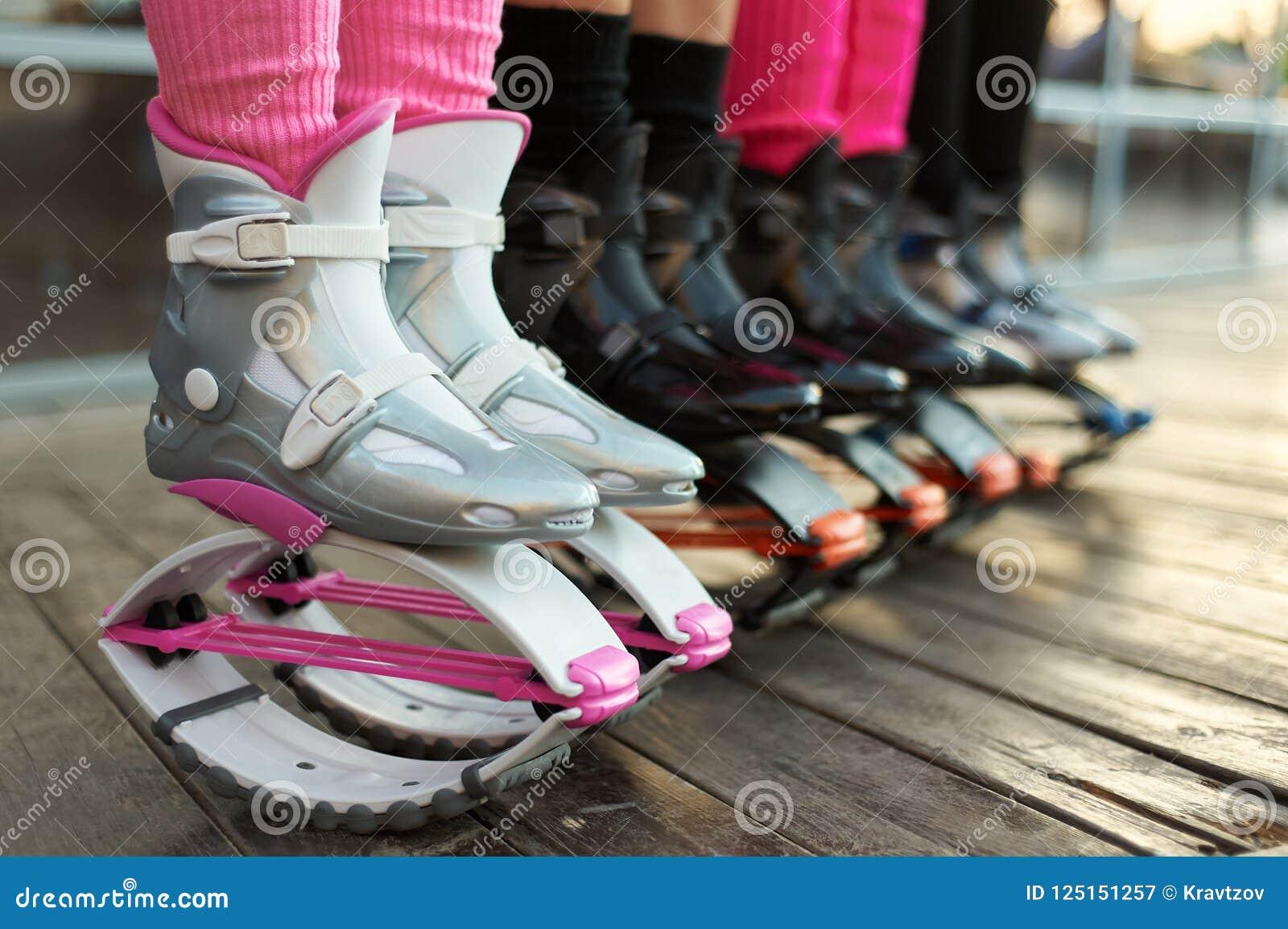Υπόλοιπος κόσμος των μποτών αλμάτων kangoo στα πόδια των γυναικών ομάδα κοριτσιών στην ικανότητα workout