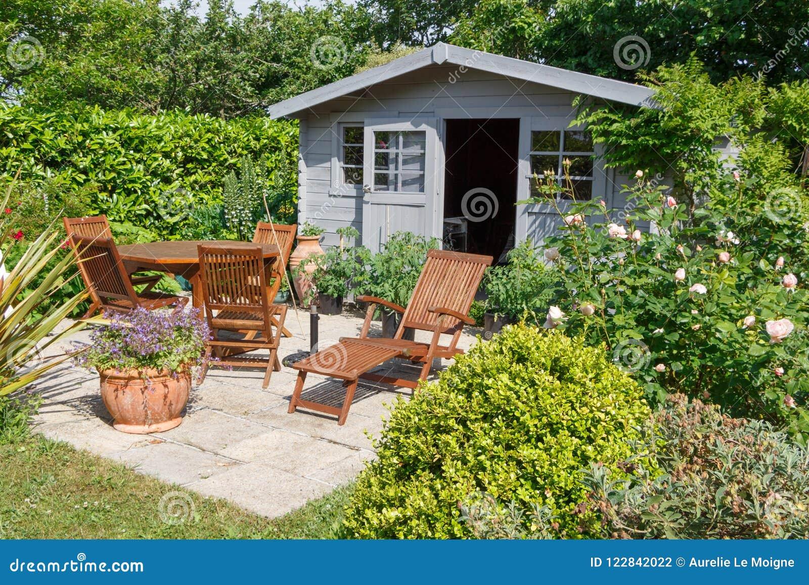 Υπόστεγο με τα έπιπλα πεζουλιών και κήπων
