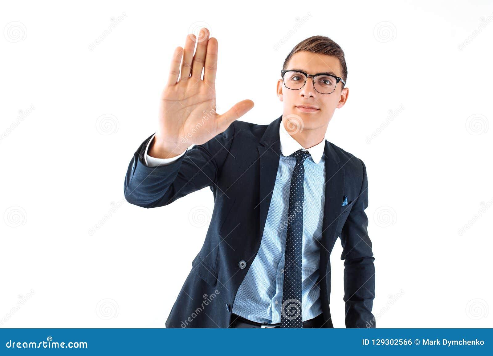 Υψηλά πέντε! ένας επιτυχής επιχειρηματίας στα θεάματα και το κοστούμι δείχνουν