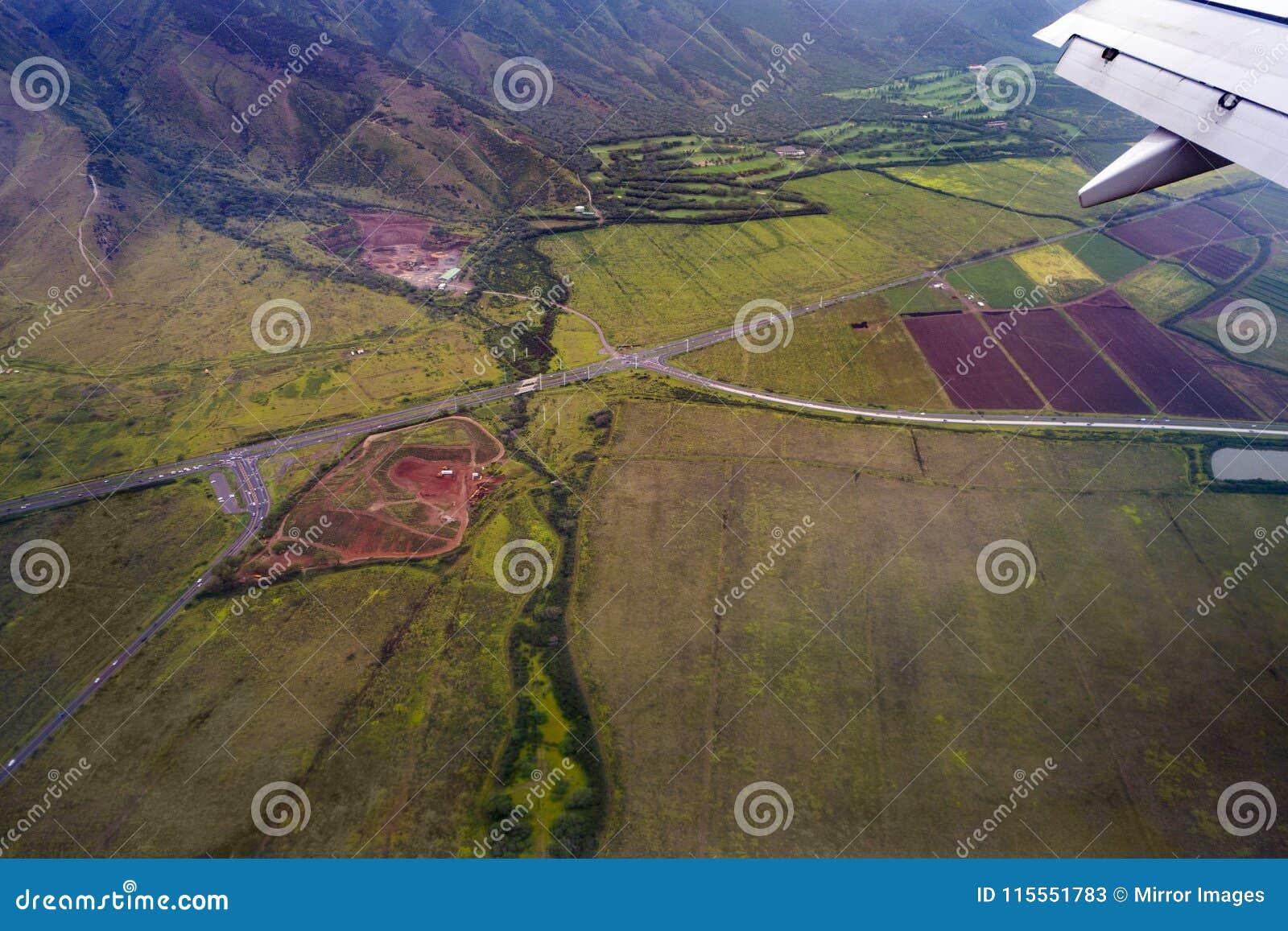 Υψηλή άποψη ματιών πουλιών γωνίας του envirament λόφων βουνών raods και