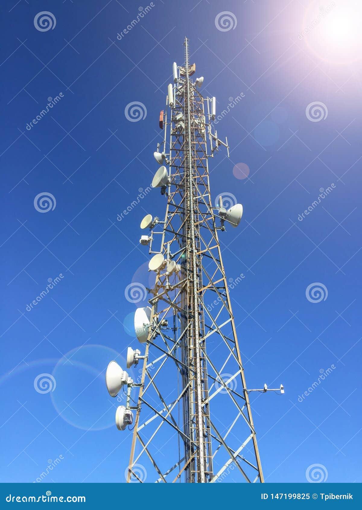 Υψηλός πύργος τηλεπικοινωνιών σταθμών βάσης κεραιών δικτύων μετάλλων ραδιο κυψελοειδής με πολλές κεραίες μικροκυμάτων