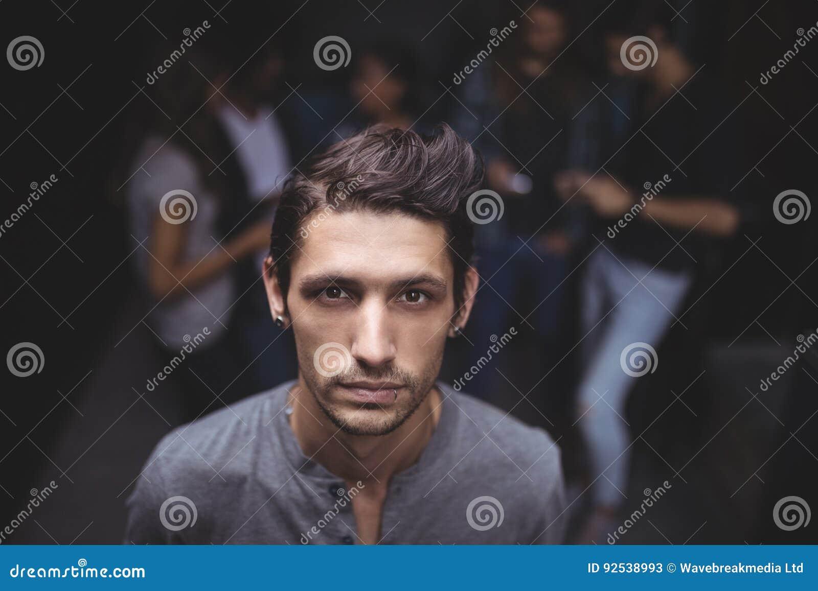 Υψηλό πορτρέτο γωνίας του νεαρού άνδρα