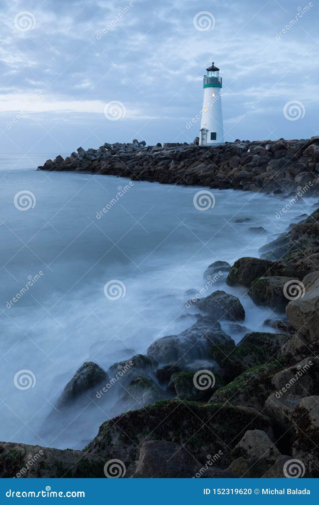 Φάρος Walton φάρων κυματοθραυστών του Cruz Santa, παράλια Ειρηνικού, Καλιφόρνια, Ηνωμένες Πολιτείες, Καλιφόρνια στο φάρο ανατολής