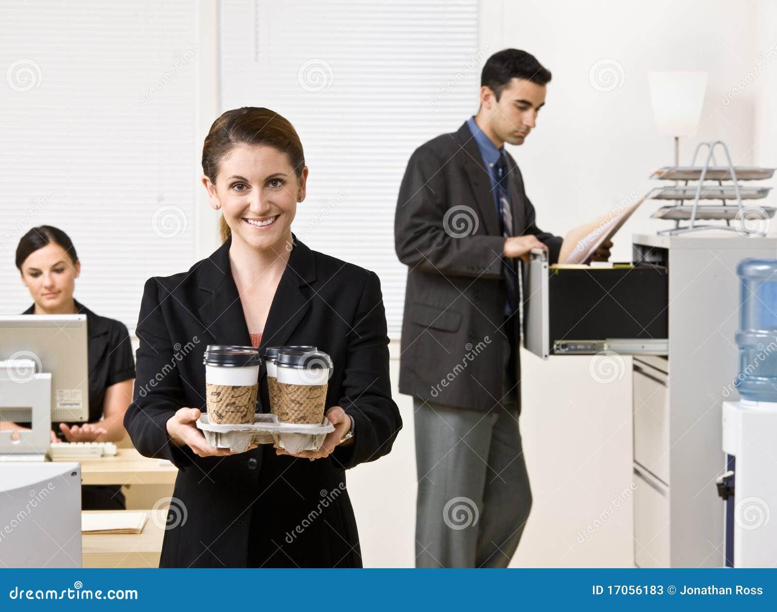φέρνοντας δίσκος καφέ επι&