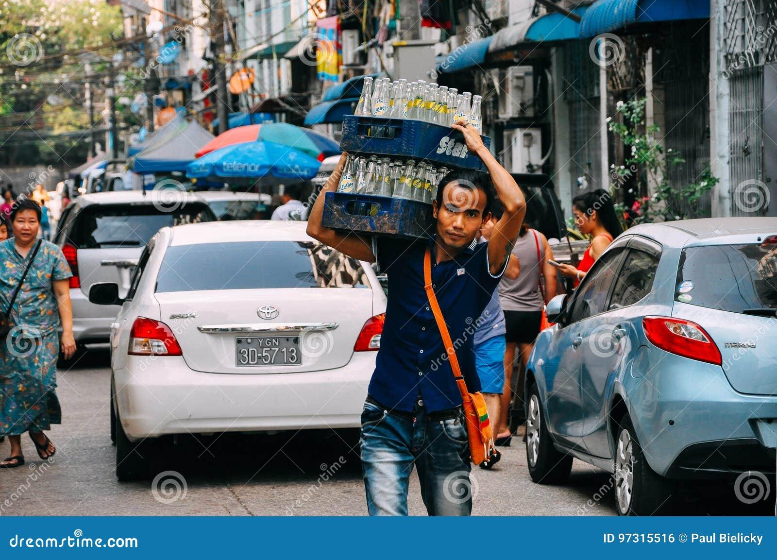 Φέρνοντας μπουκάλια ατόμων σε Yangon