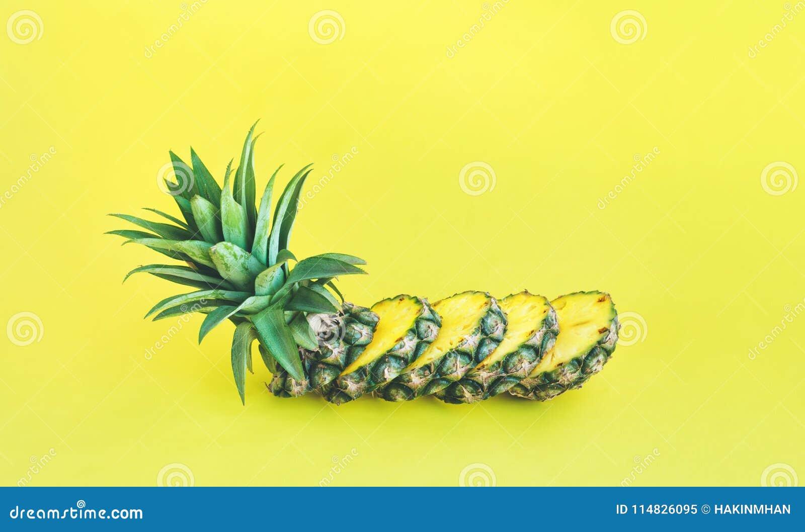 Φέτα ανανά στο υπόβαθρο χρώματος κρητιδογραφιών Φρούτα