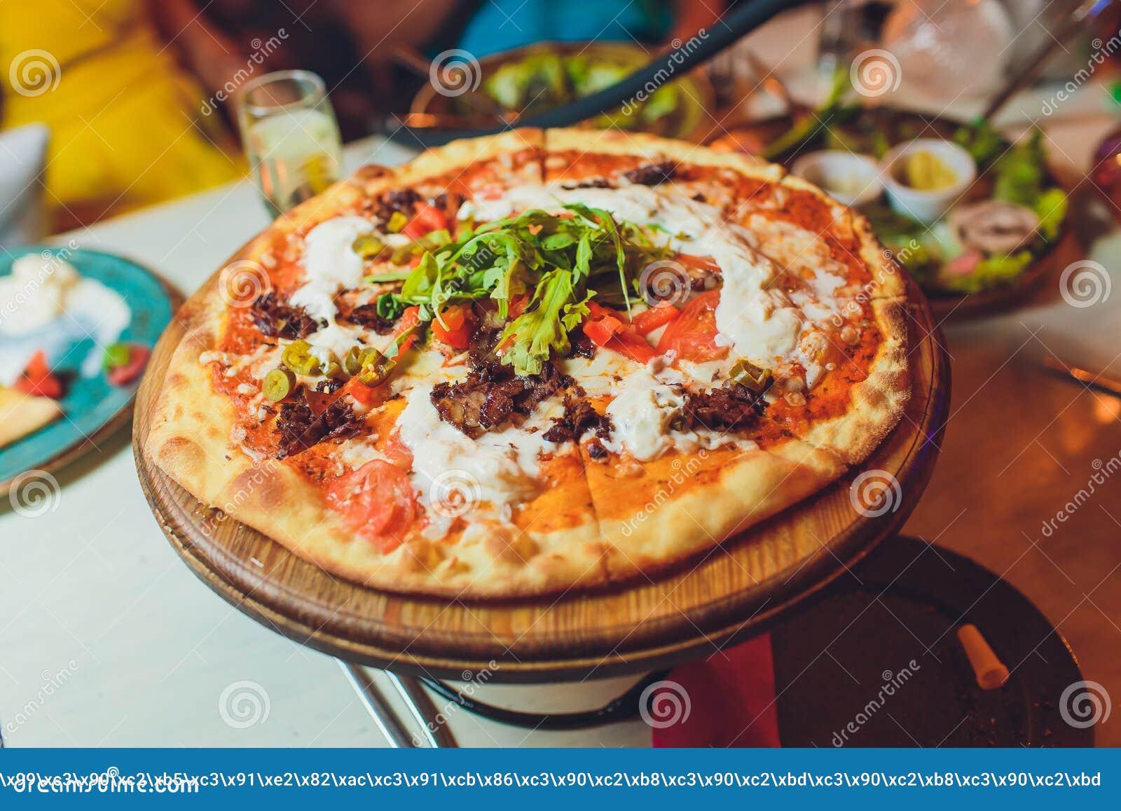 Φέτα της σάλτσας καλύμματος θαλασσινών κρουστών τυριών πιτσών με το εύγευστο νόστιμο γρήγορο φαγητό ιταλικά λαχανικών πιπεριών κο