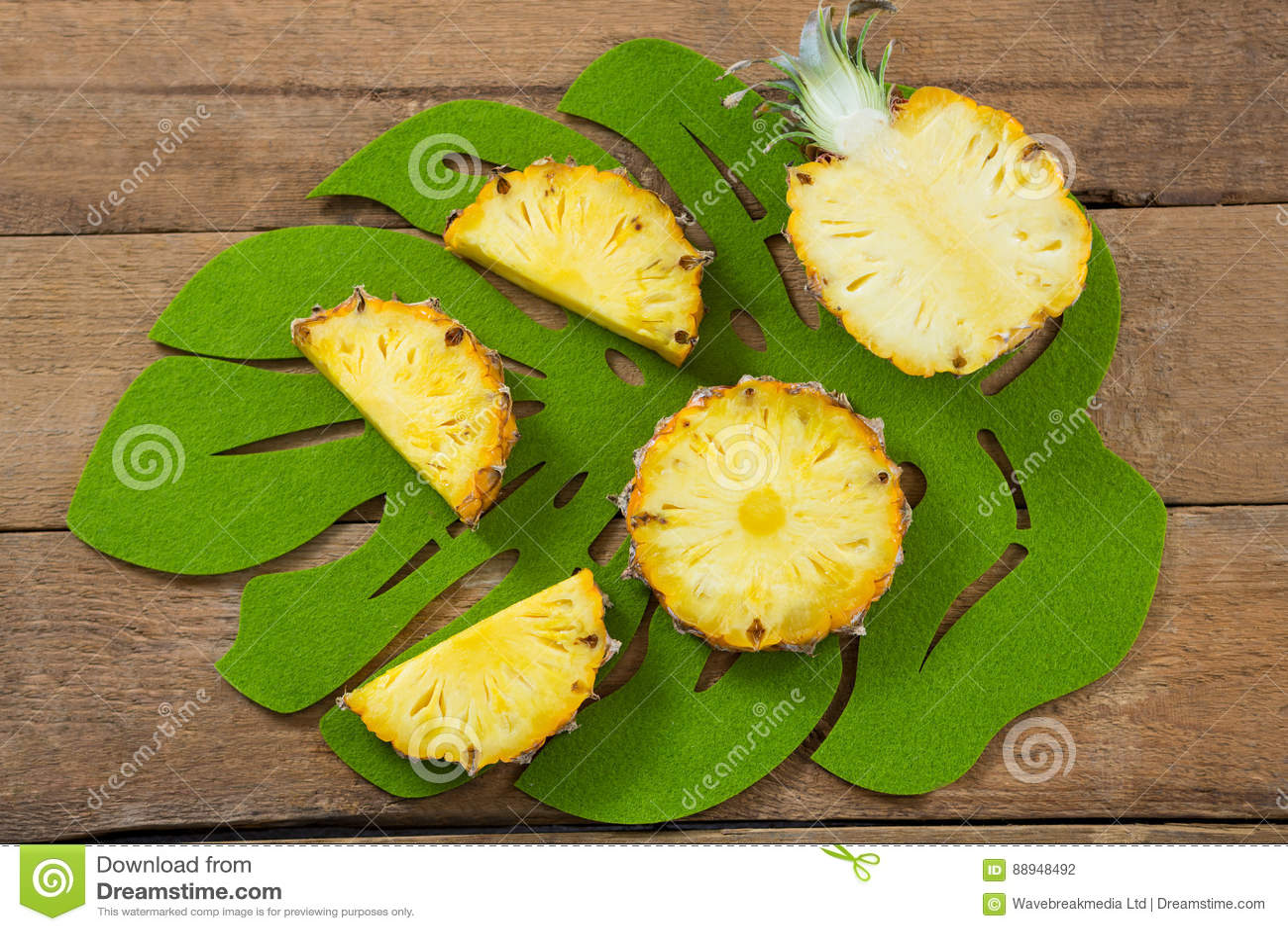 Φέτες και διχοτομημένος ανανάς στο δίσκο
