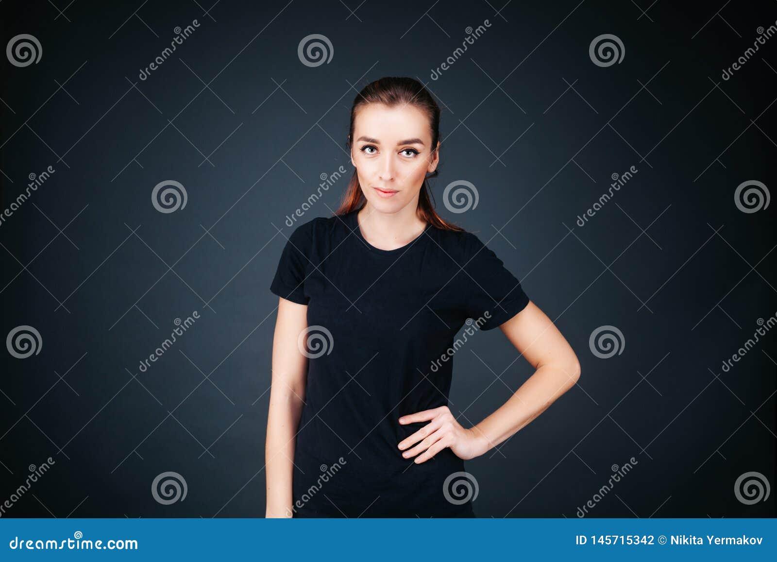 Φίλαθλος-κοιτάζοντας κορίτσι σε μια μαύρη μπλούζα και τις περικνημίδες