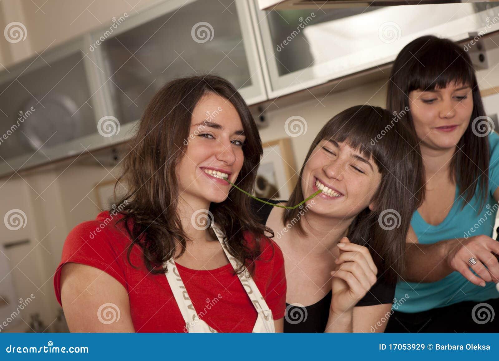 Φίλοι που μαγειρεύουν από κοινού