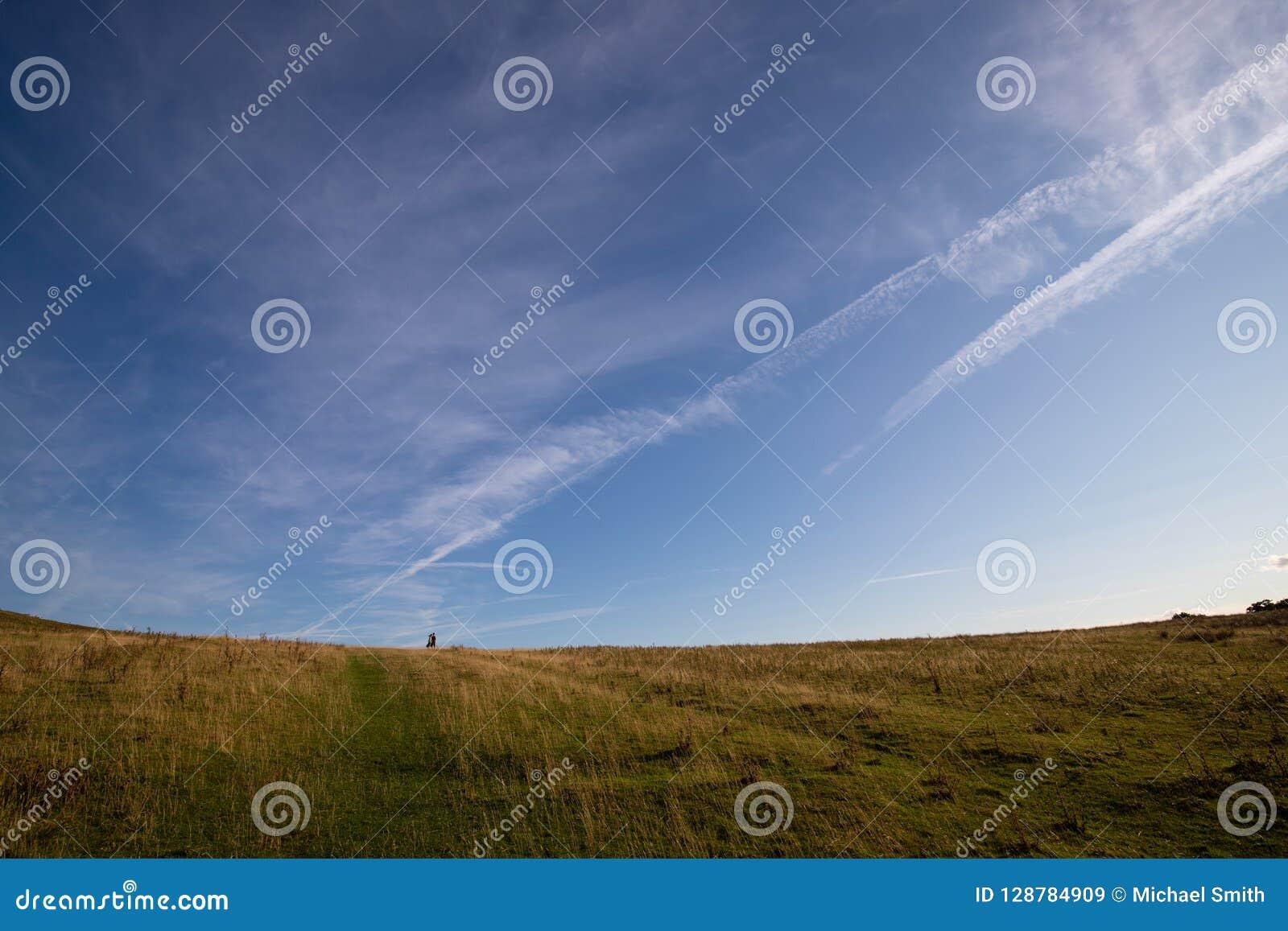 Φίλοι που περπατούν στην κοιλάδα Derbyshire Dovedale Thorpe