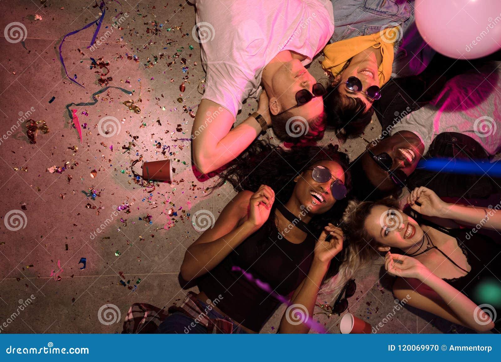 Φίλοι σε ένα κόμμα σπιτιών