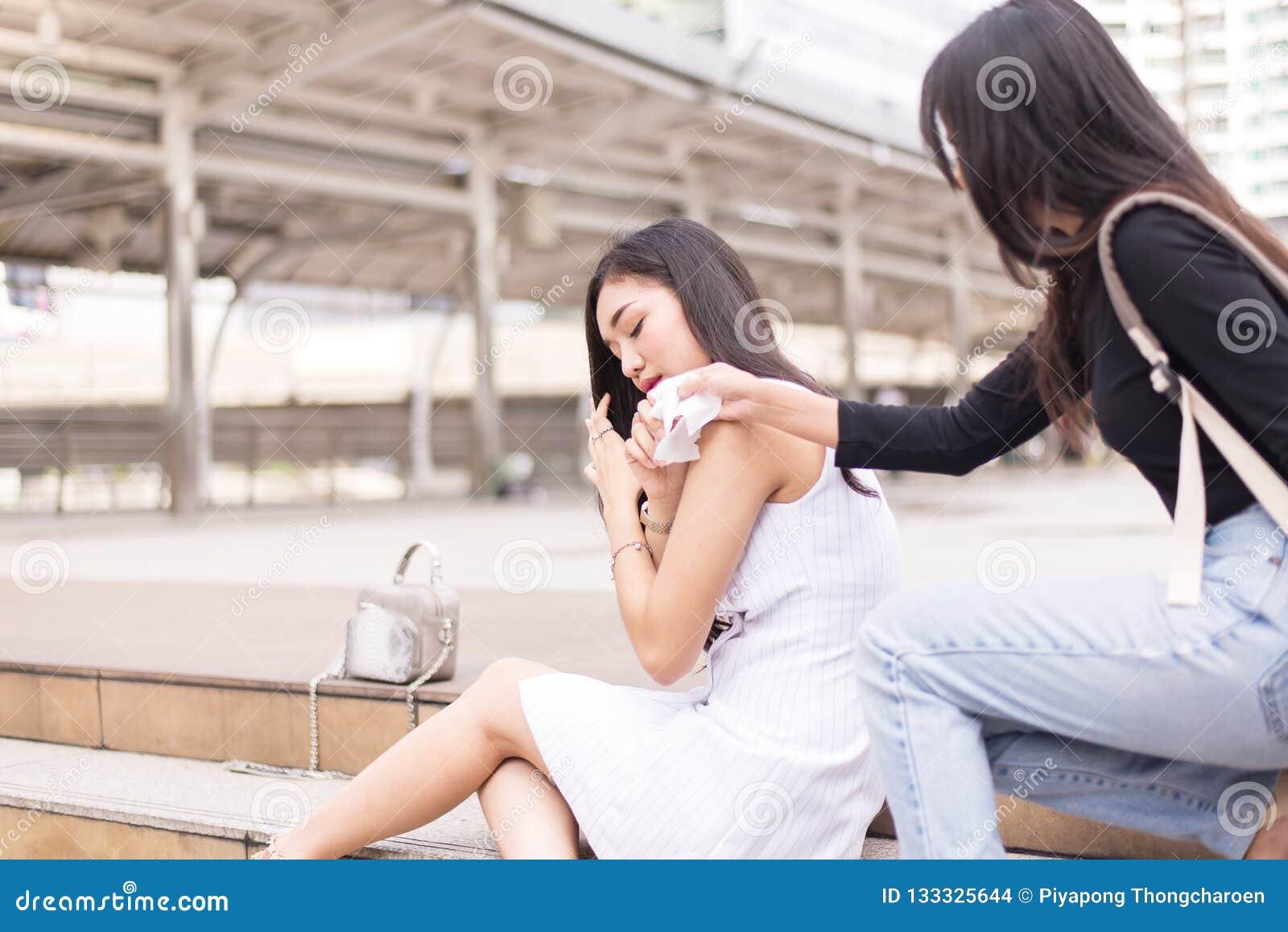 Φίλος που δίνει τον ιστό στην καταθλιπτική ασιατική γυναίκα, δυστυχισμένη θηλυκή υποστήριξη η υπαίθρια, διανοητική έννοια υγειονο