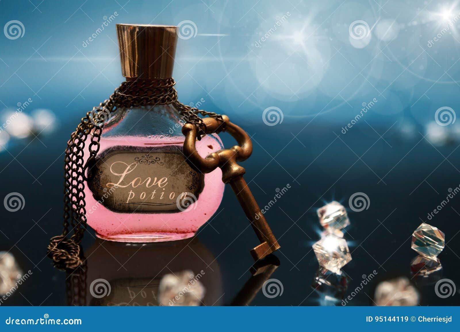Φίλτρο αγάπης σε ένα μπουκάλι με την αλυσίδα και κλειδί γύρω από το μπουκάλι