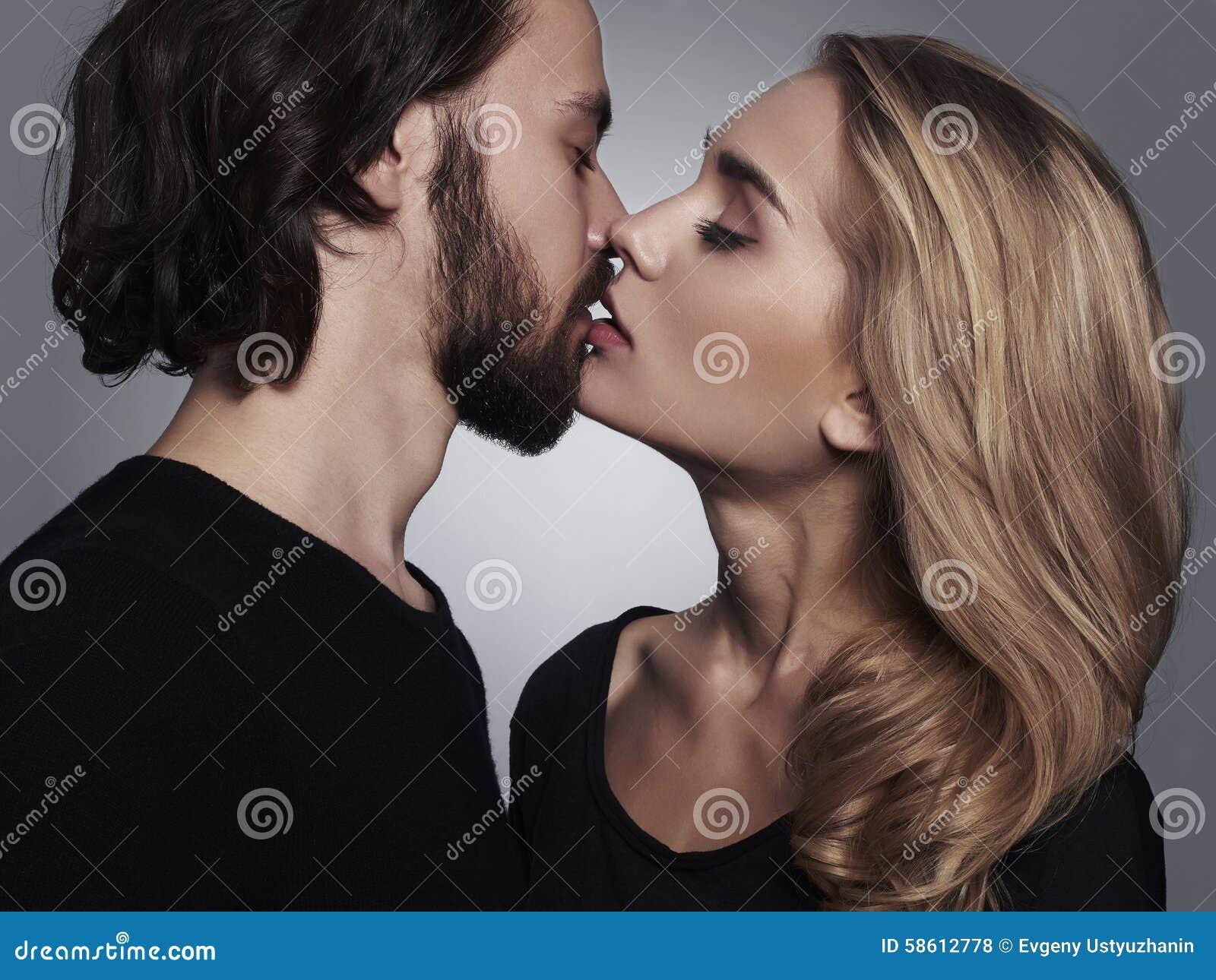 φίλημα ζευγών όμορφη γυναίκα και όμορφος άνδρας καλά αγόρι και κορίτσι