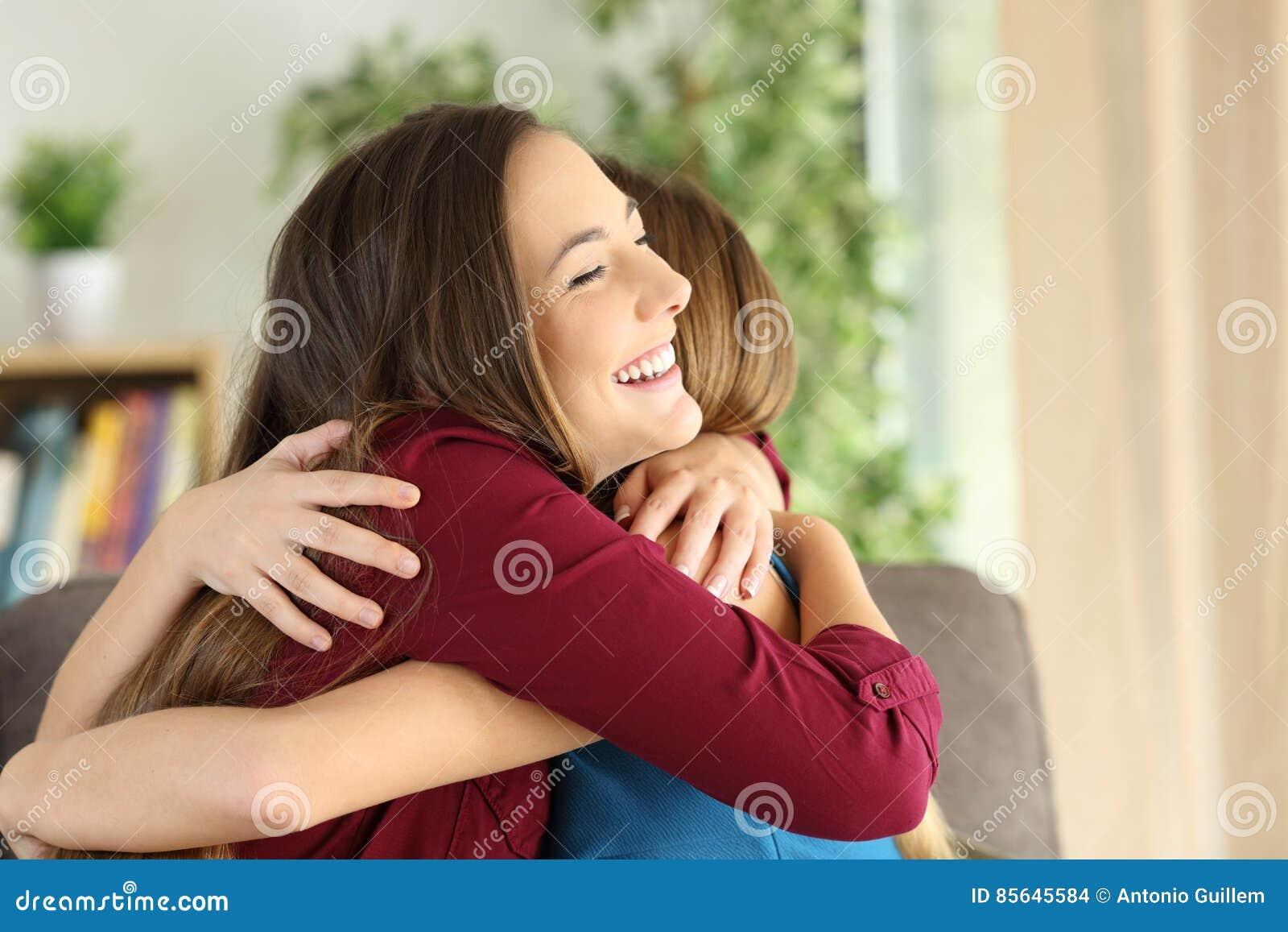 Φίλοι ή αδελφές που αγκαλιάζουν στο σπίτι