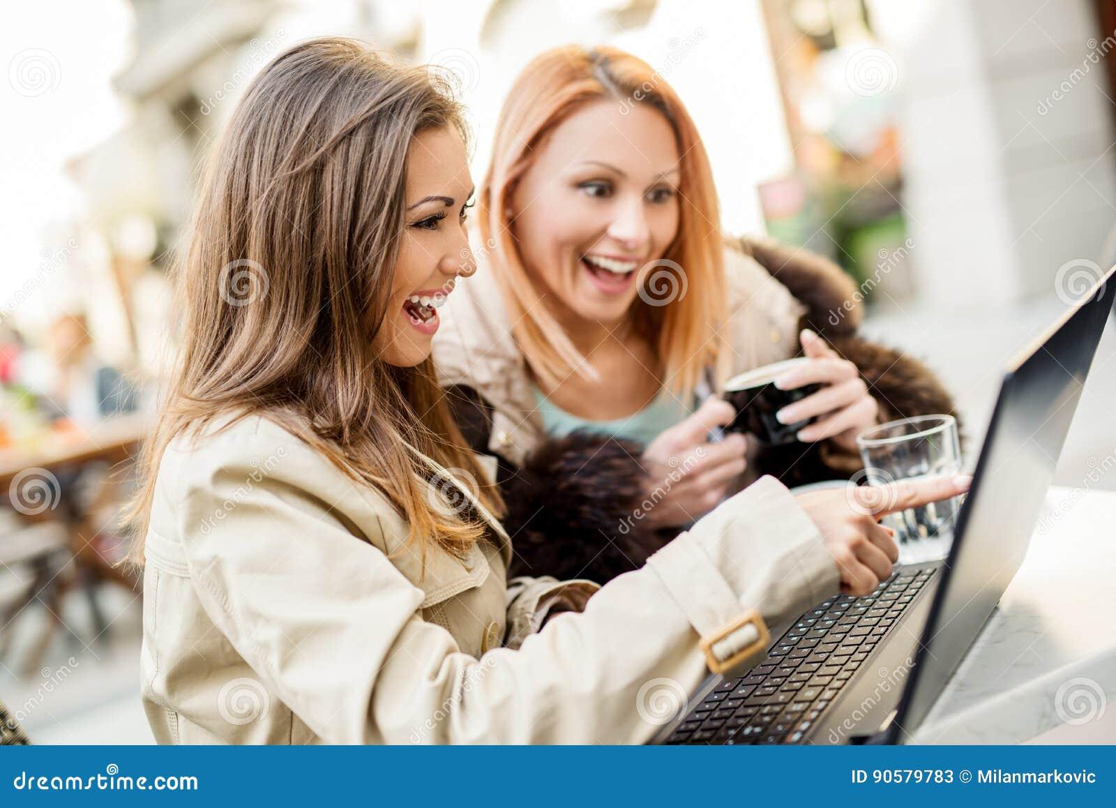 Φίλοι κοριτσιών με το lap-top
