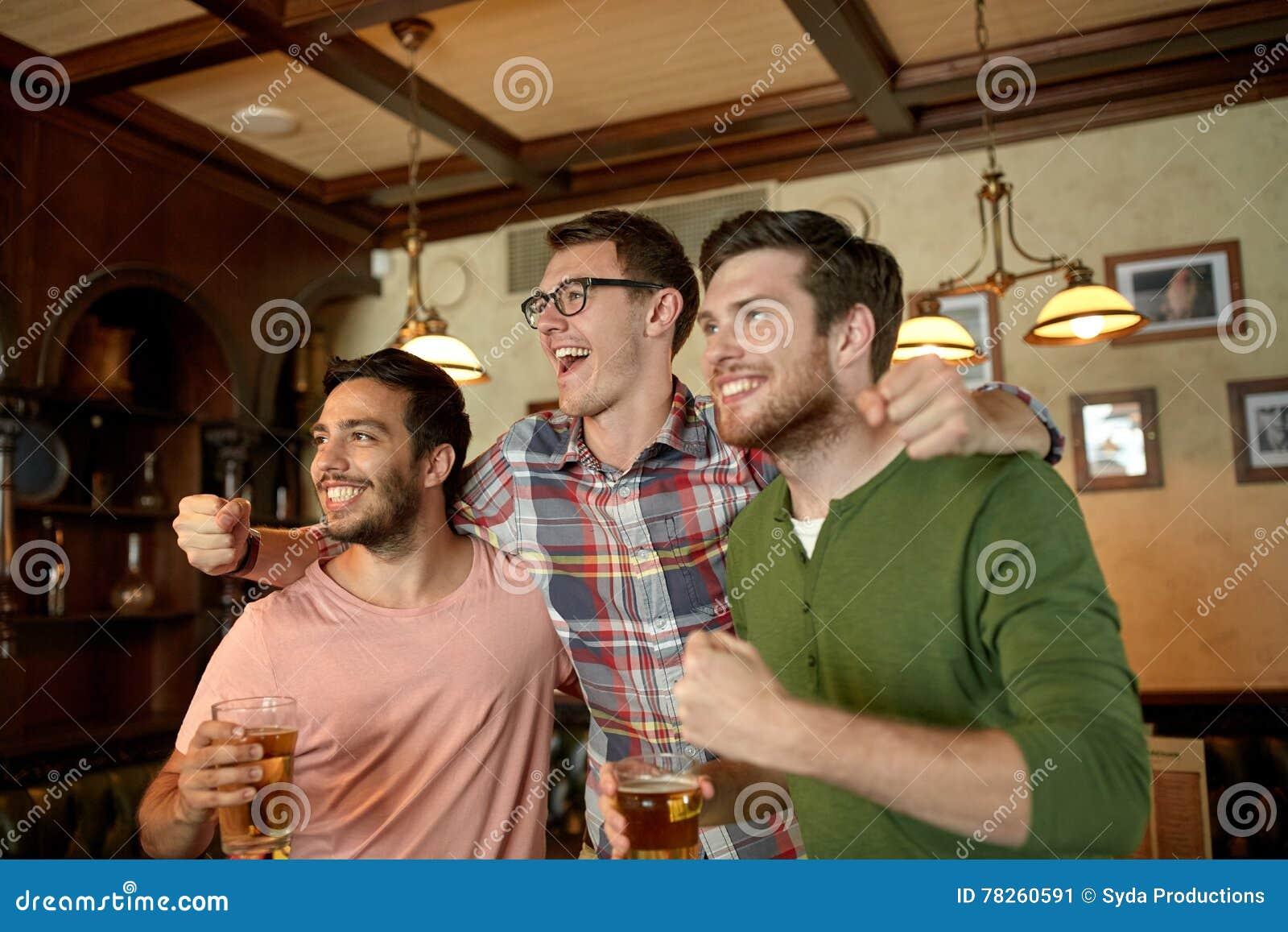 Φίλοι με τον αθλητισμό προσοχής μπύρας στο φραγμό ή το μπαρ