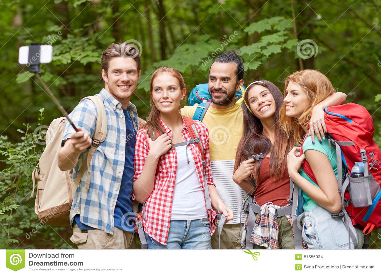 Φίλοι με το σακίδιο πλάτης που παίρνει selfie από το smartphone