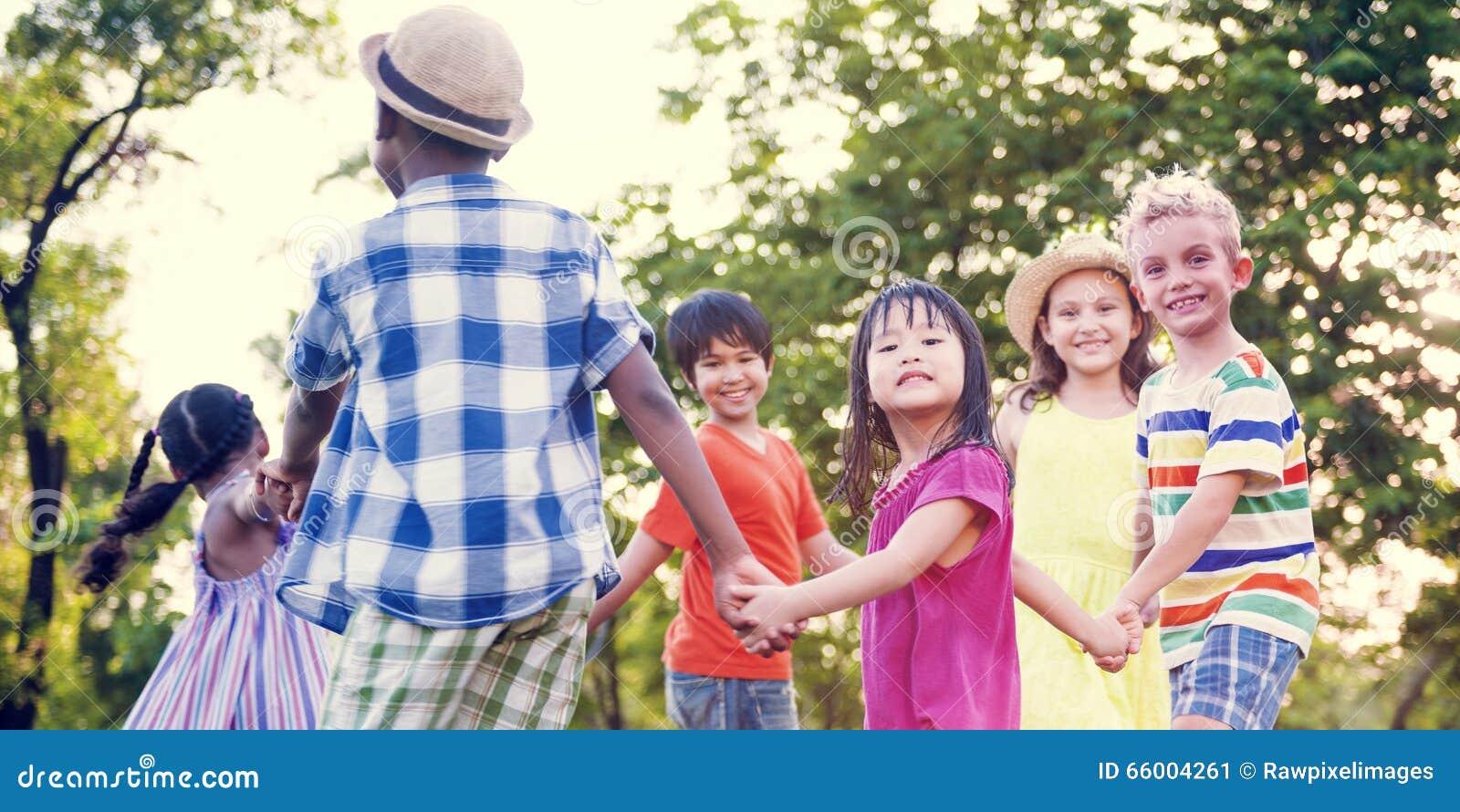 Φίλοι παιδιών που παίζουν την εύθυμη ενεργό έννοια