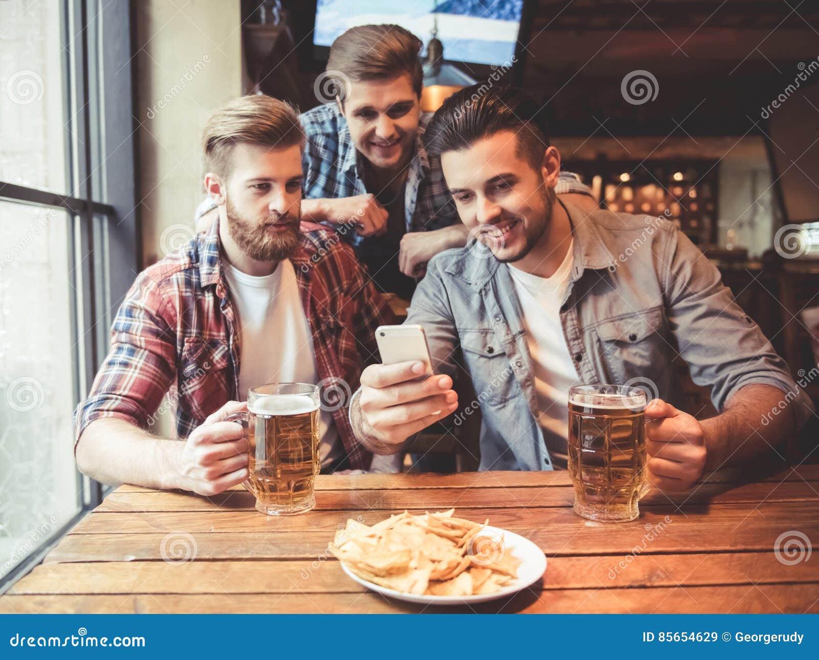 Φίλοι στο μπαρ