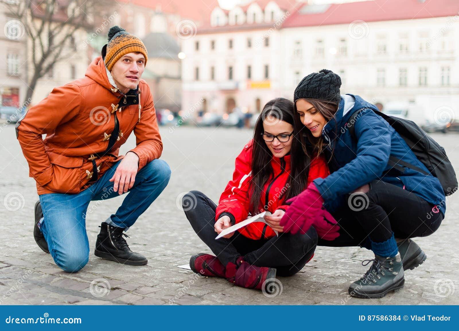 Φίλοι τουριστών που ψάχνουν για τις κατευθύνσεις