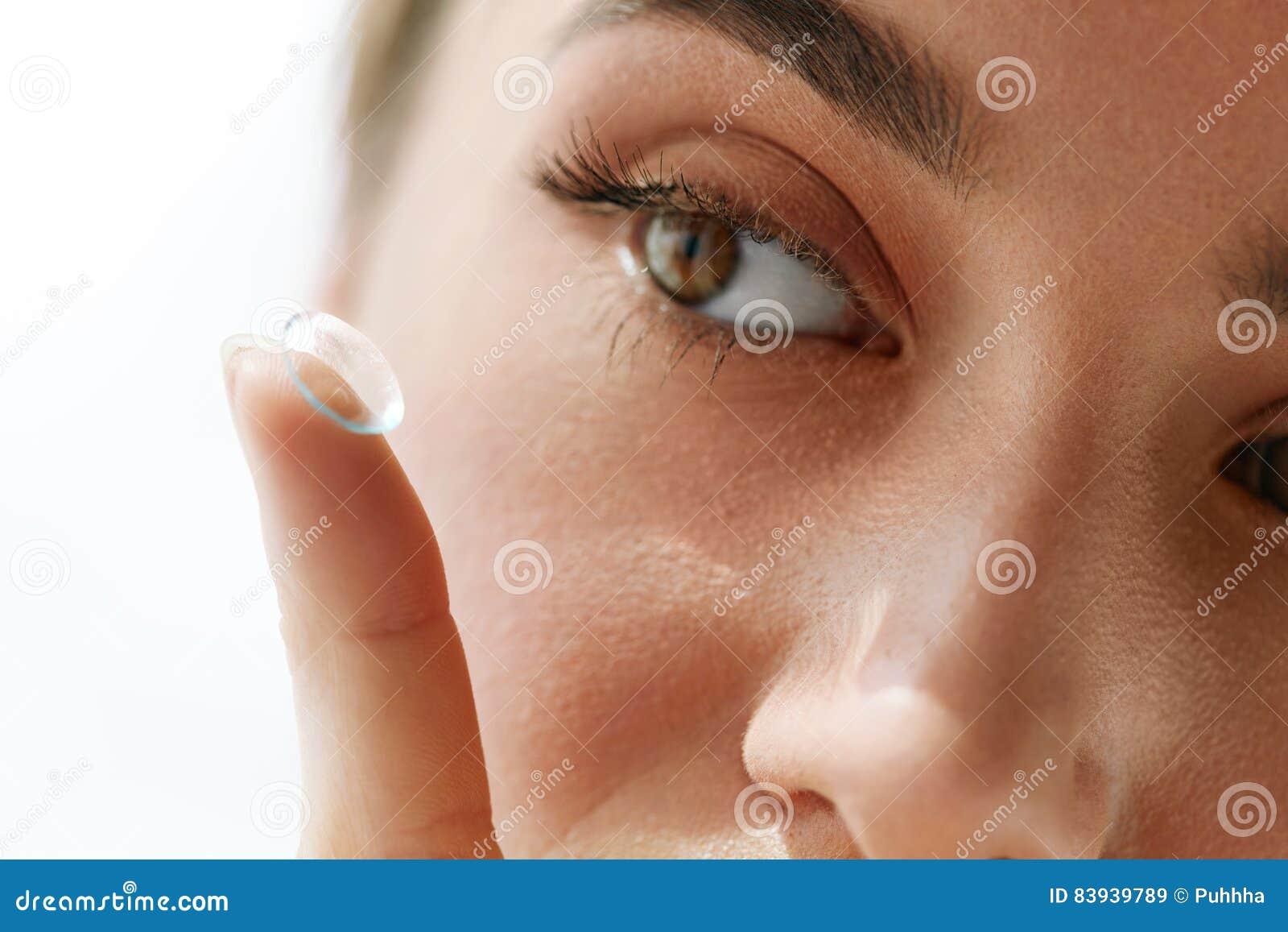Φακοί επαφής οράματος Κινηματογράφηση σε πρώτο πλάνο με το όμορφο πρόσωπο γυναικών