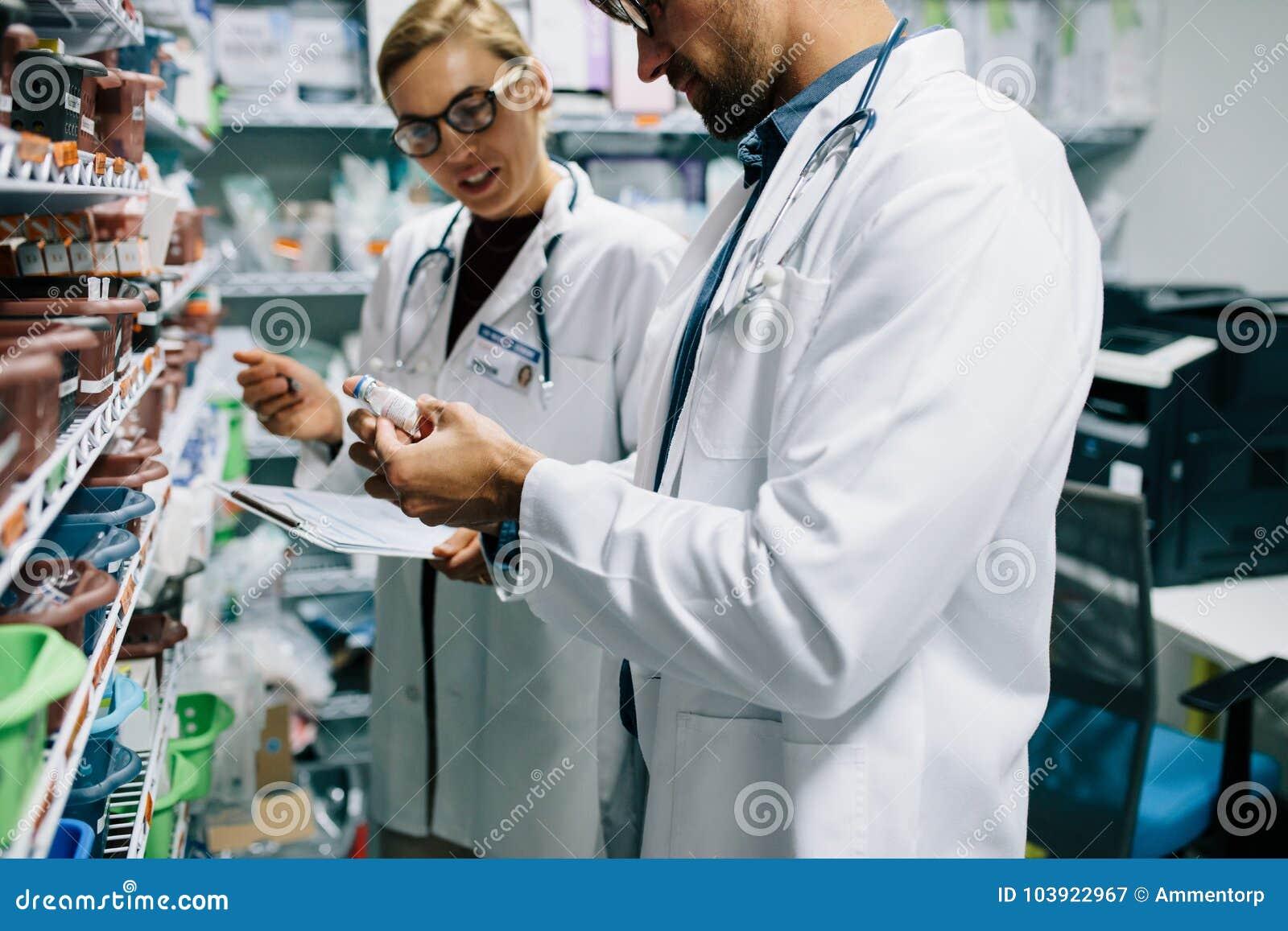 Φαρμακοποιοί που ελέγχουν τον κατάλογο στο φαρμακείο