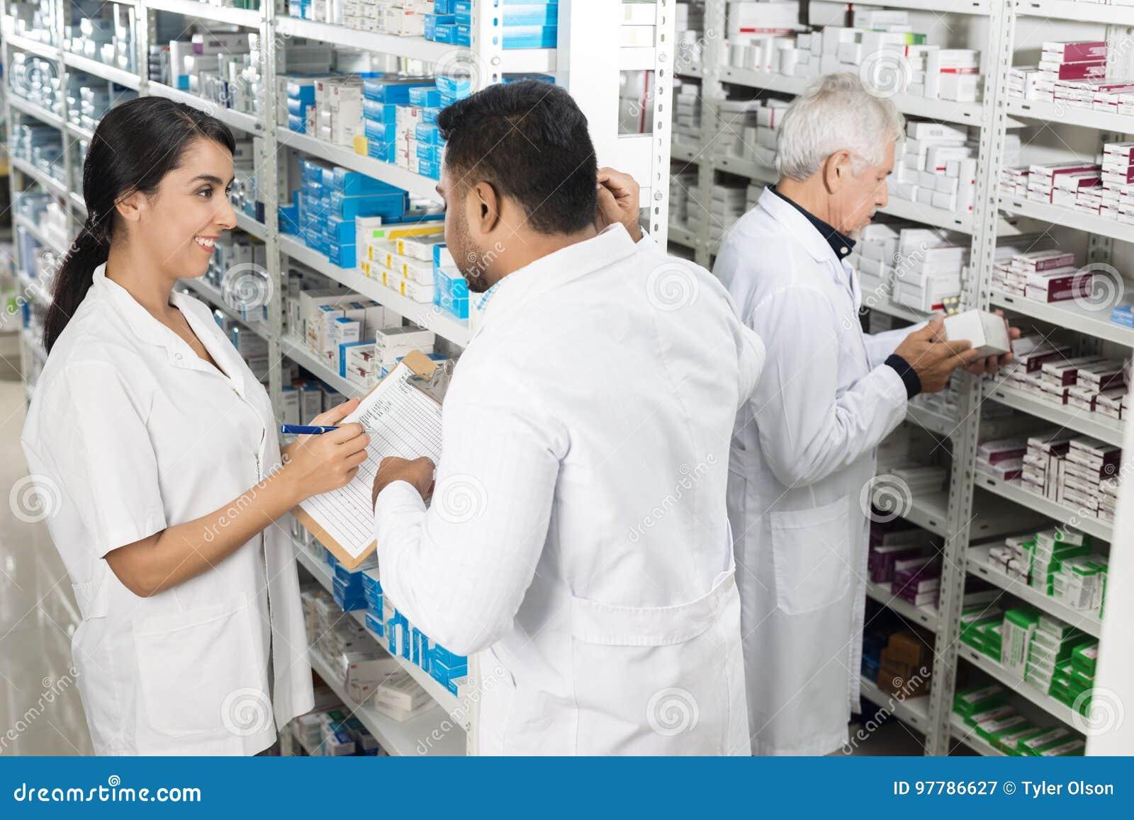 Φαρμακοποιοί που εργάζονται από τα ράφια στο φαρμακείο
