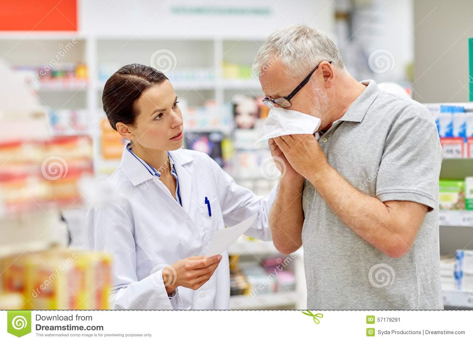 Φαρμακοποιός και ανώτερο άτομο με τη γρίπη στο φαρμακείο