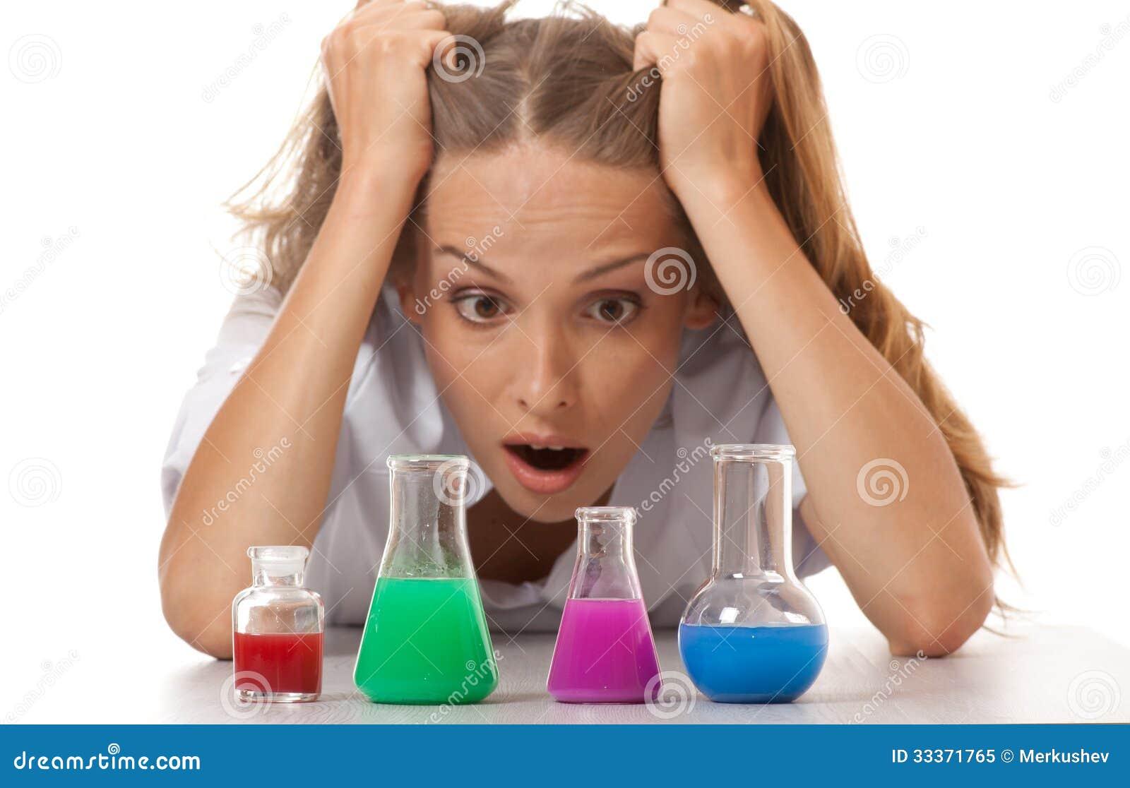 Φαρμακοποιός και χημικές ουσίες γυναικών στις φιάλες