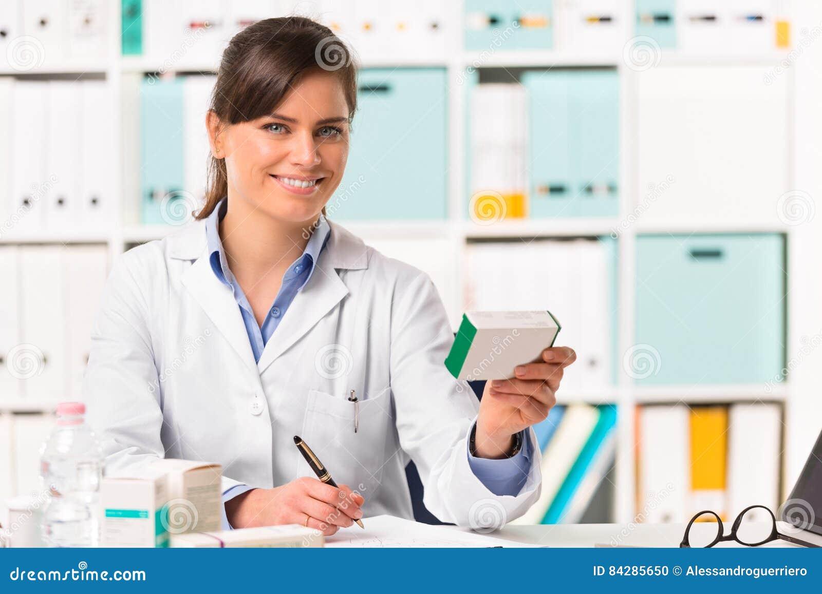 Φαρμακοποιός που κάθεται θηλυκός στις σημειώσεις γραψίματος γραφείων