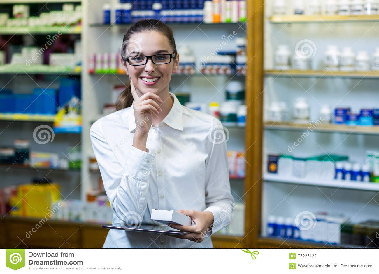 Φαρμακοποιός που κρατά την ψηφιακές ταμπλέτα και την ιατρική στο φαρμακείο