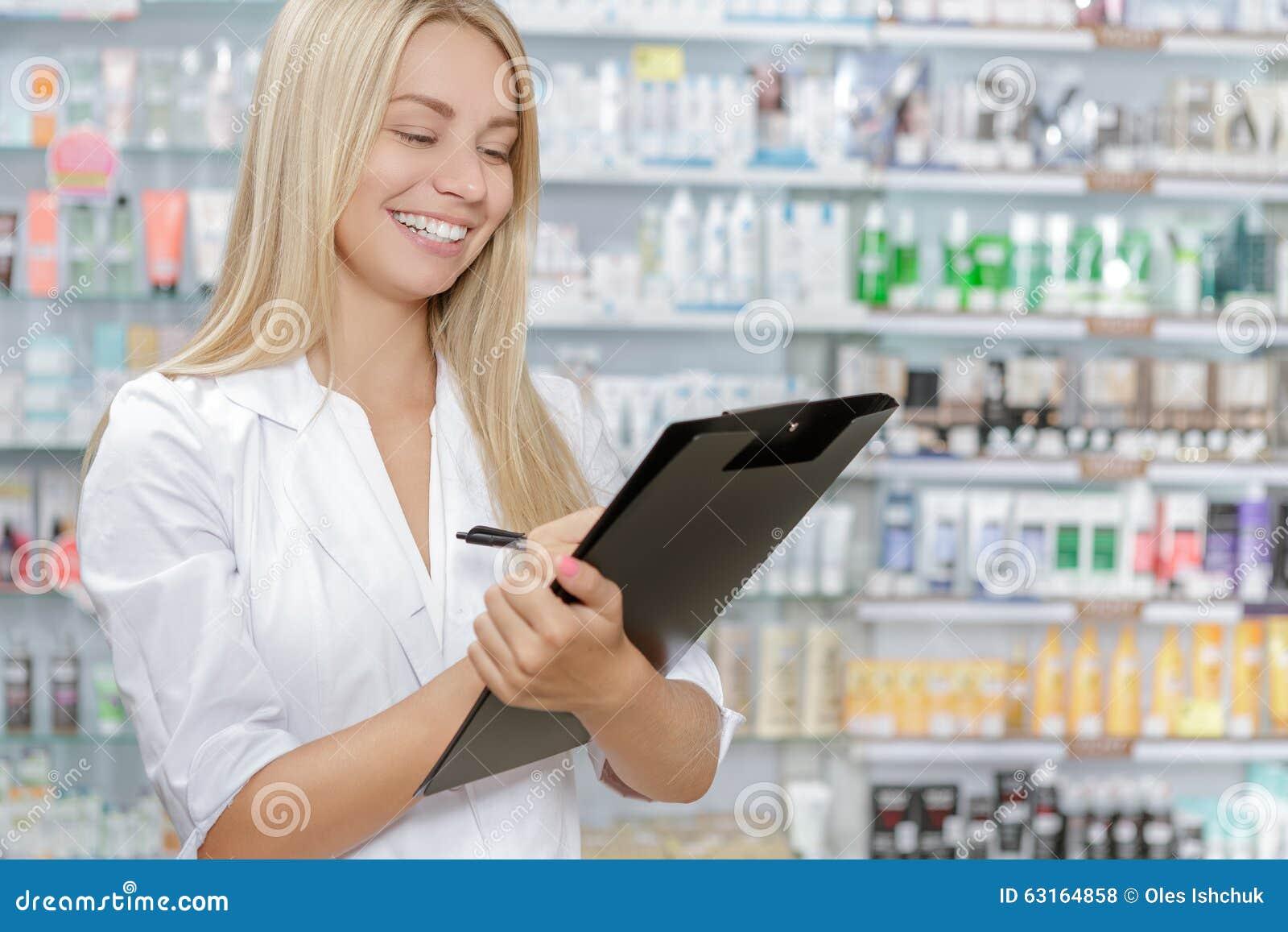 Φαρμακοποιός που λογαριάζει το προϊόν στο φαρμακείο