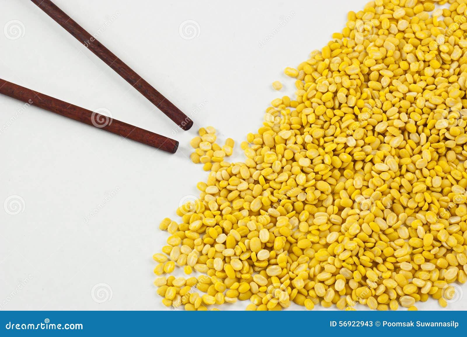 Φασόλια, κίτρινα σε ένα άσπρο υπόβαθρο και chopsticks