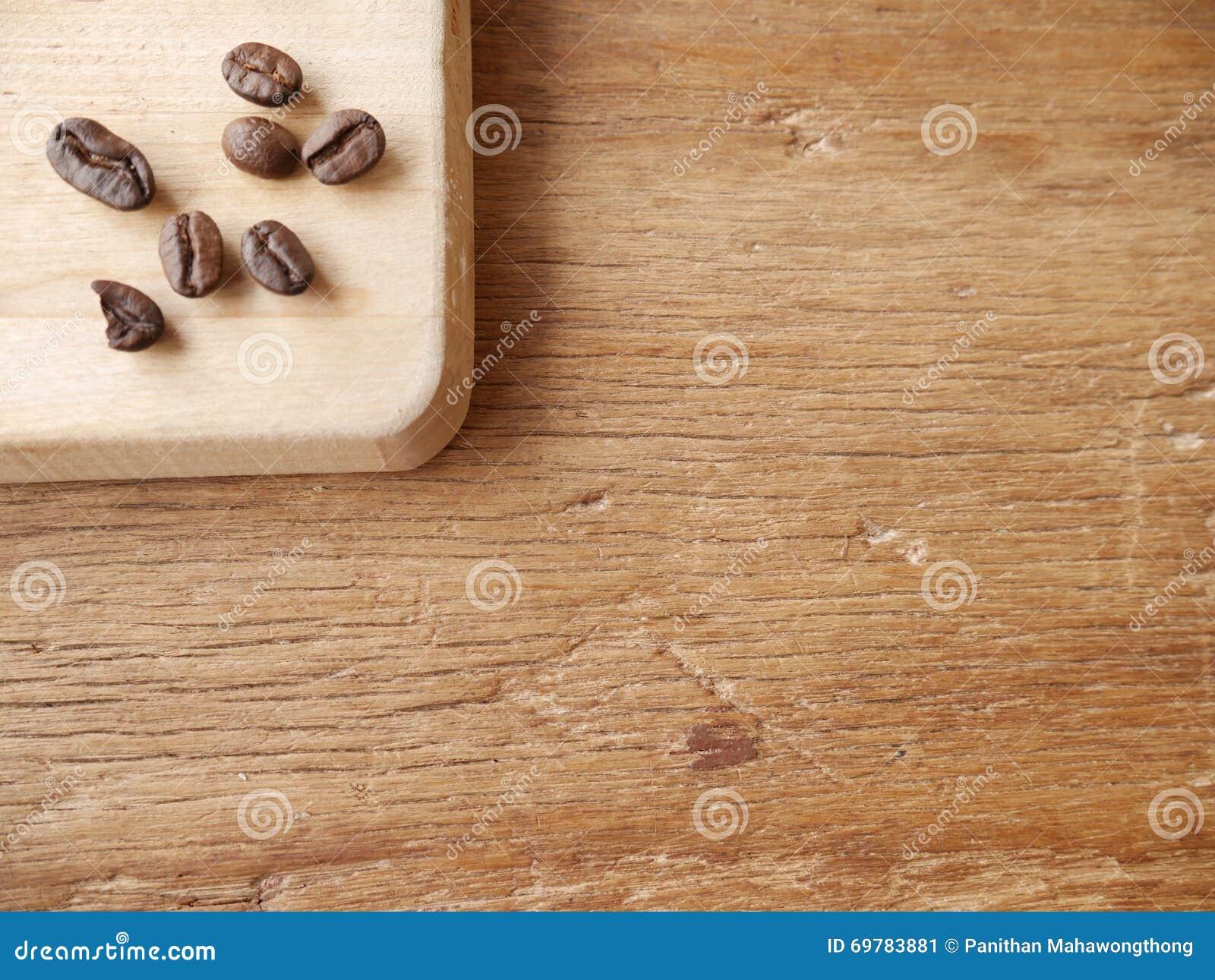 φασόλια καφέ στον τεμαχίζοντας πίνακα