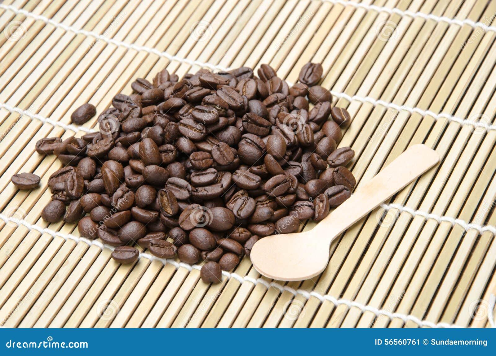 Download Φασόλι καφέ με το χαλί μπαμπού Στοκ Εικόνα - εικόνα από με, καρύδι: 56560761